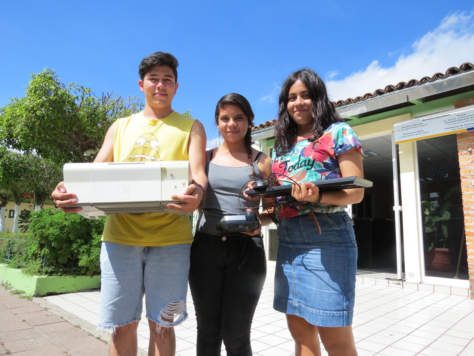 Jóvenes de la preparatoria de Tonalá con residuos electrónicos en las manos