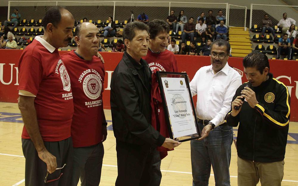 Luis Fernando Wong Soto. recibiendo  un homenaje, el 31 de octubre de 2015 .