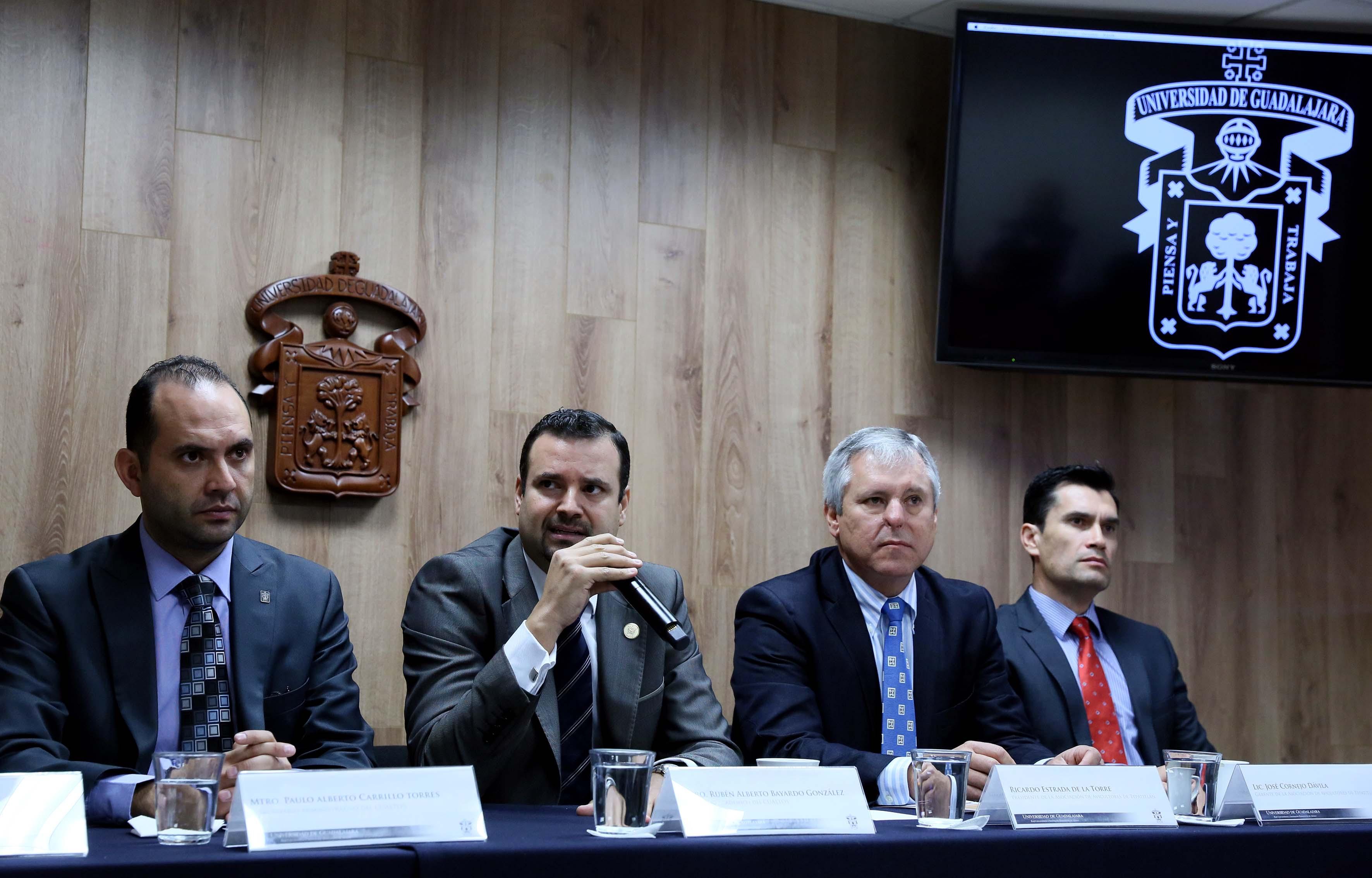 Maestro Rubén Alberto Bayardo González participando en rueda de prensa