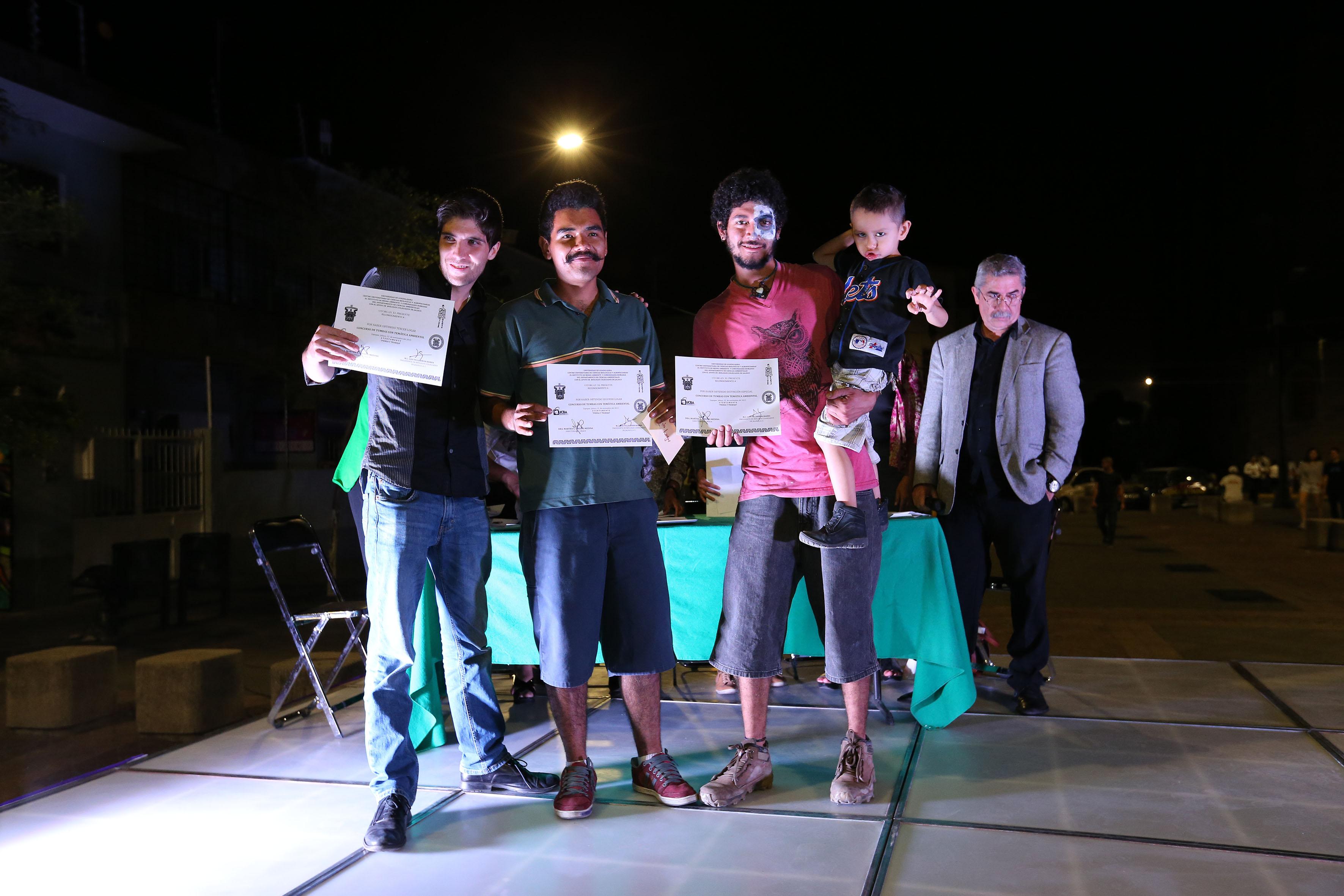 Estudiantes del CUCBA, que obtuvieron distinción especial en el concurso de tumbas con temática ambiental.