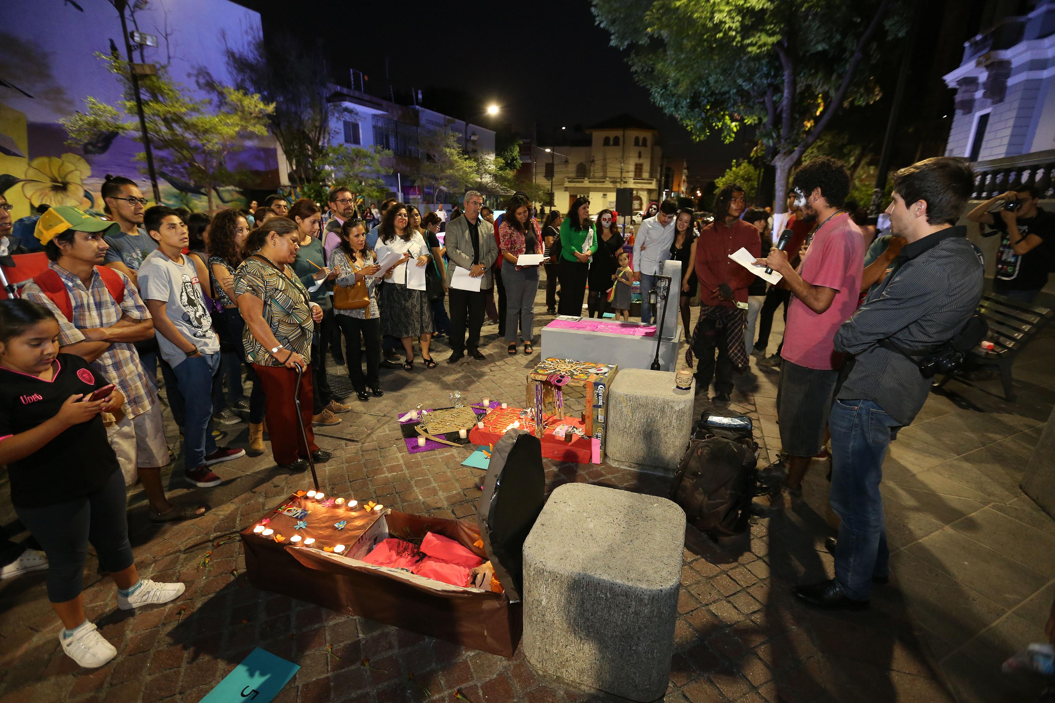 Público espectador, durante la presentación del concurso de tumbas con temática ambiental y calaveras literarias en la Rambla Cataluña.