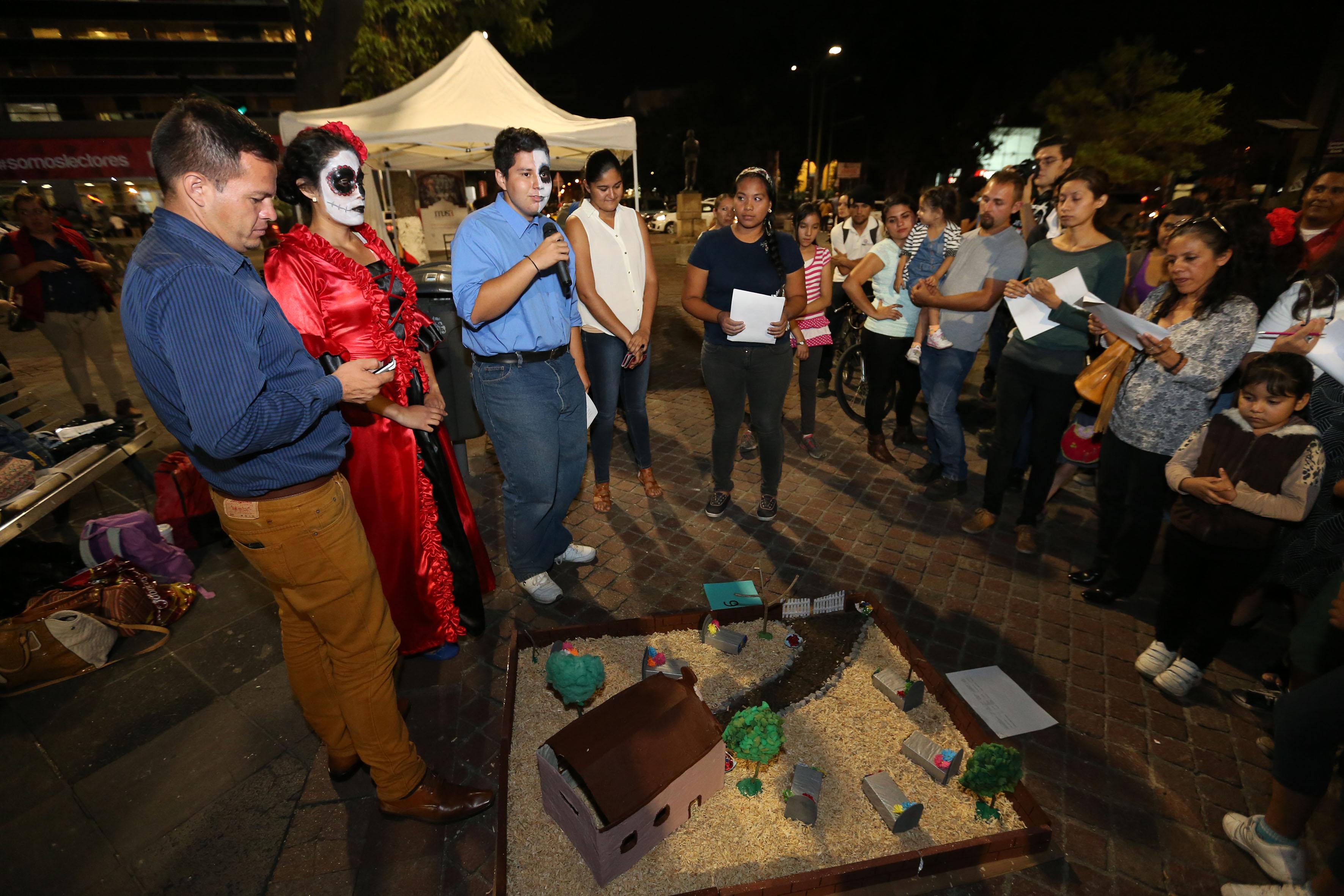Representación y explicación de su tumba con temática ambiental de estudiante del CUCBA, a público asistente a la Rambla Cataluña.