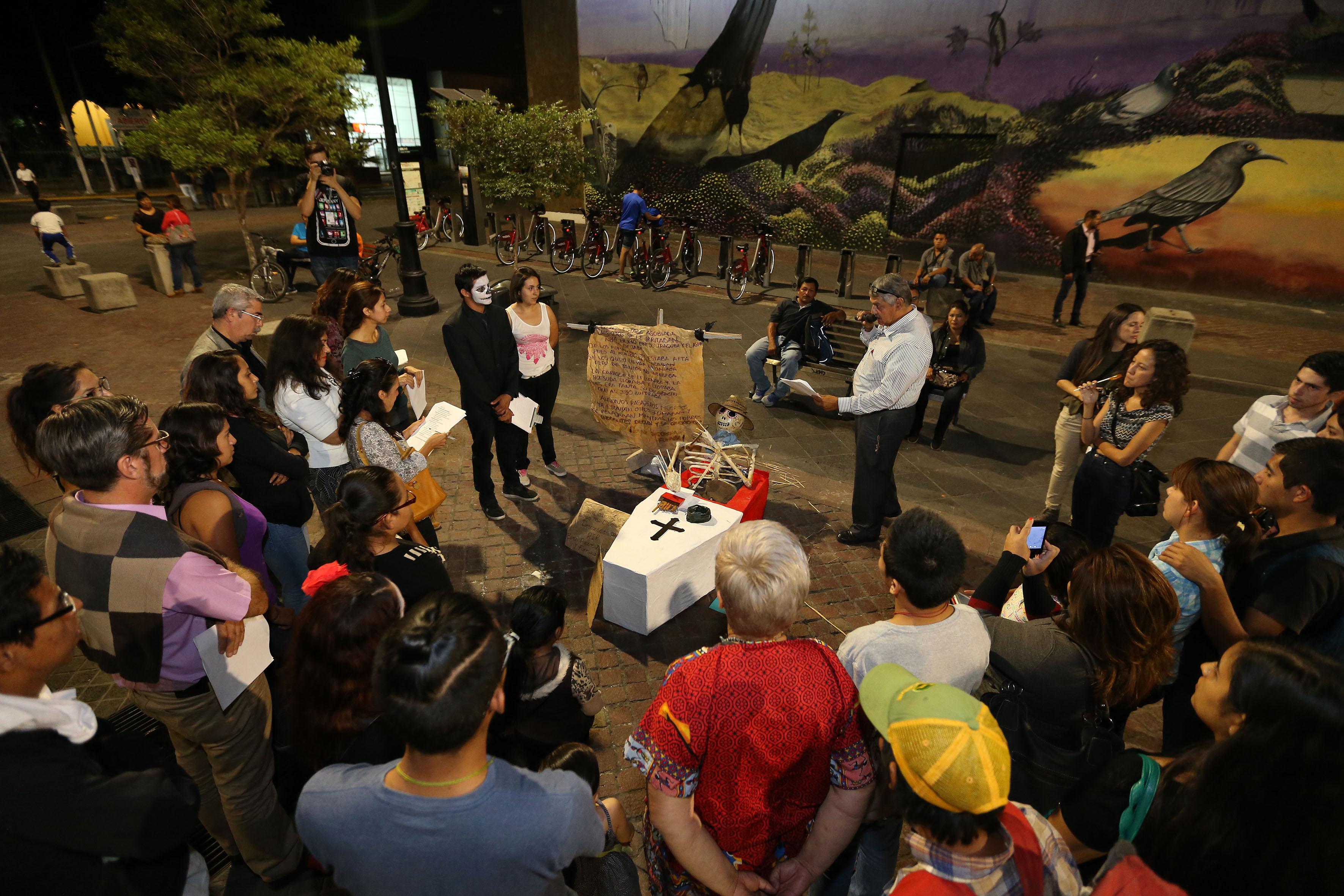 Rector del CUCBA, doctor Salvador Mena Munguía, diciendo algunas palabras al público asistente y estudiante ganador del concurso de tumbas con temática ambiental durante las actividades de los juéves en la Rambla Cataluña.