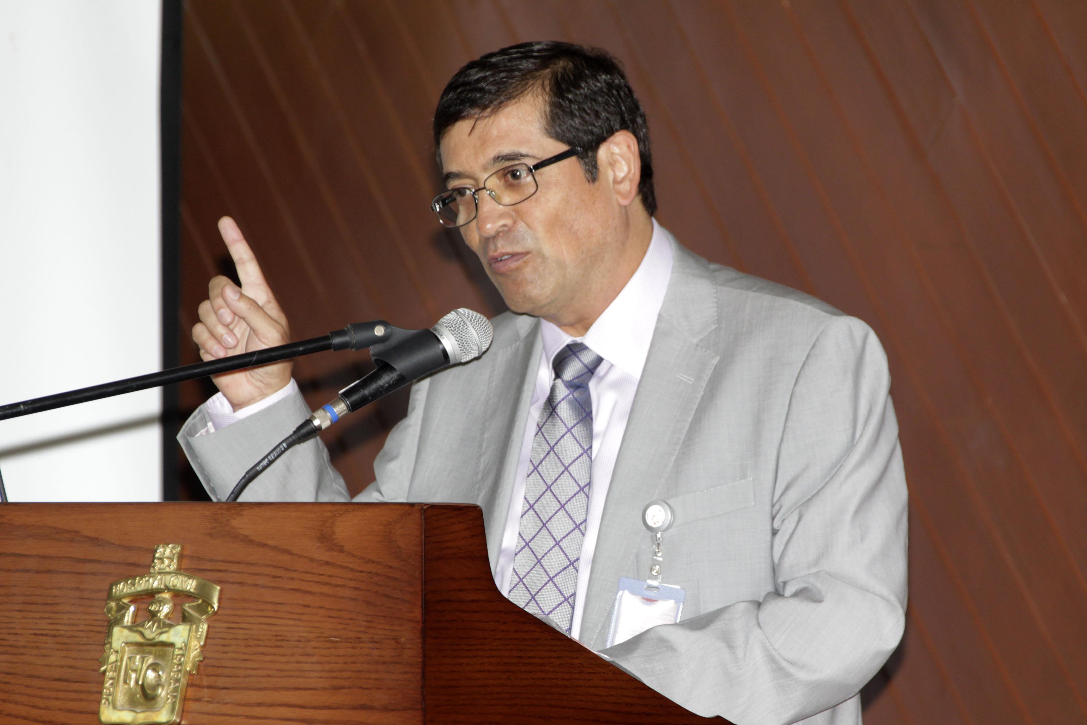 El Doctor Sergio Villaseñor Bayardo, en el podio