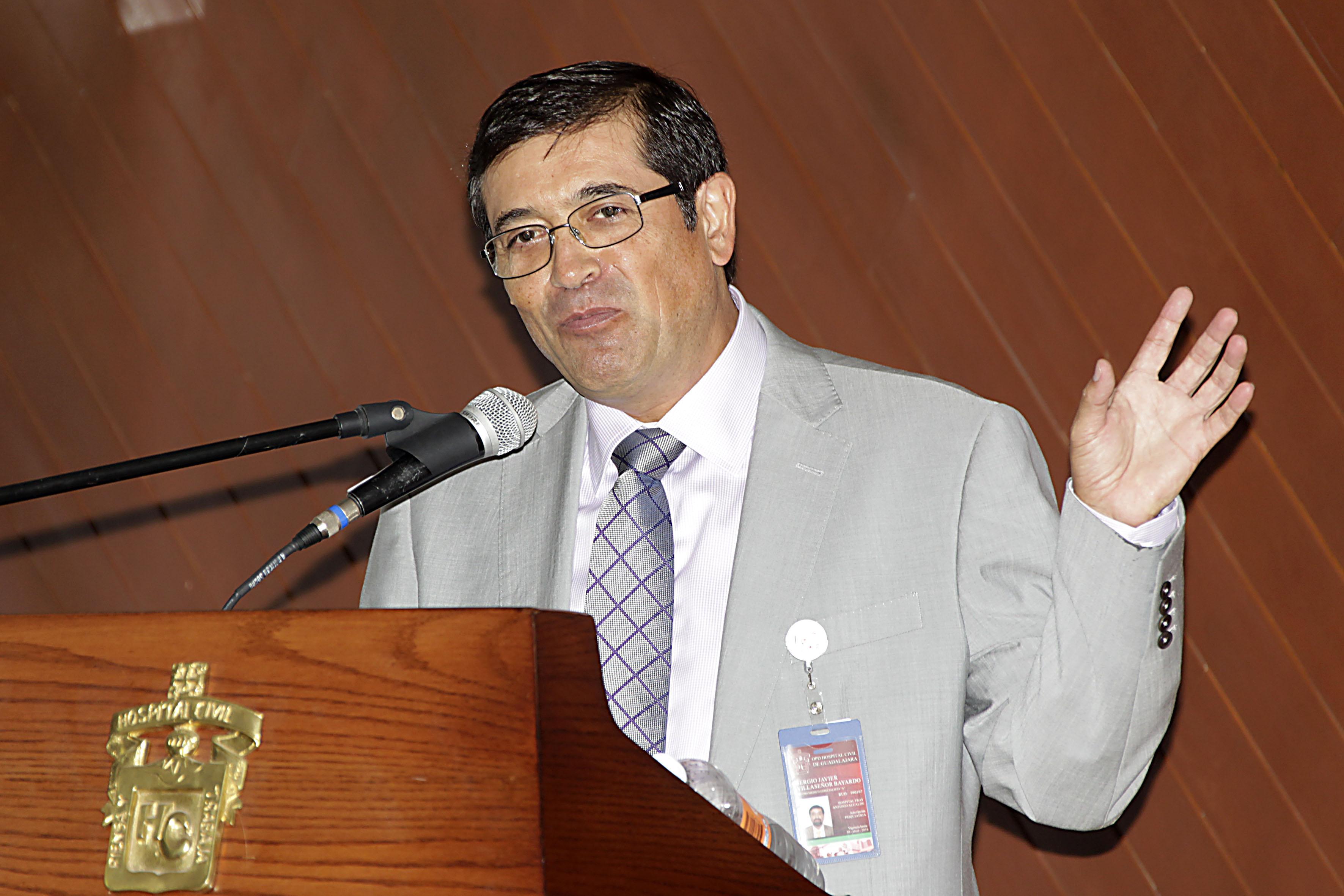 Frente al micrófono el Doctor Sergio Villaseñor Bayardo