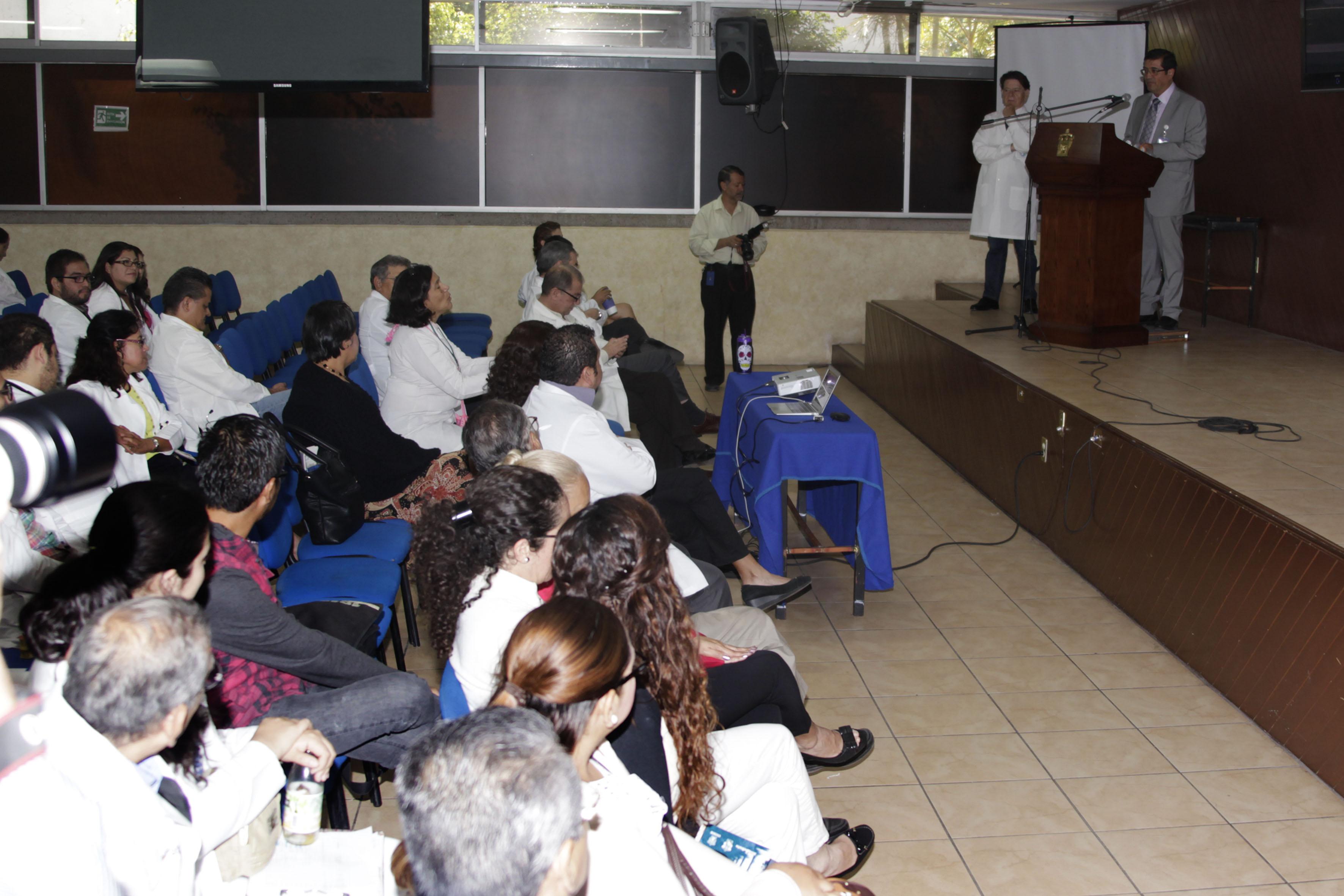 Alumnos y el El Doctor Sergio Villaseñor Bayardo, en la coferencia