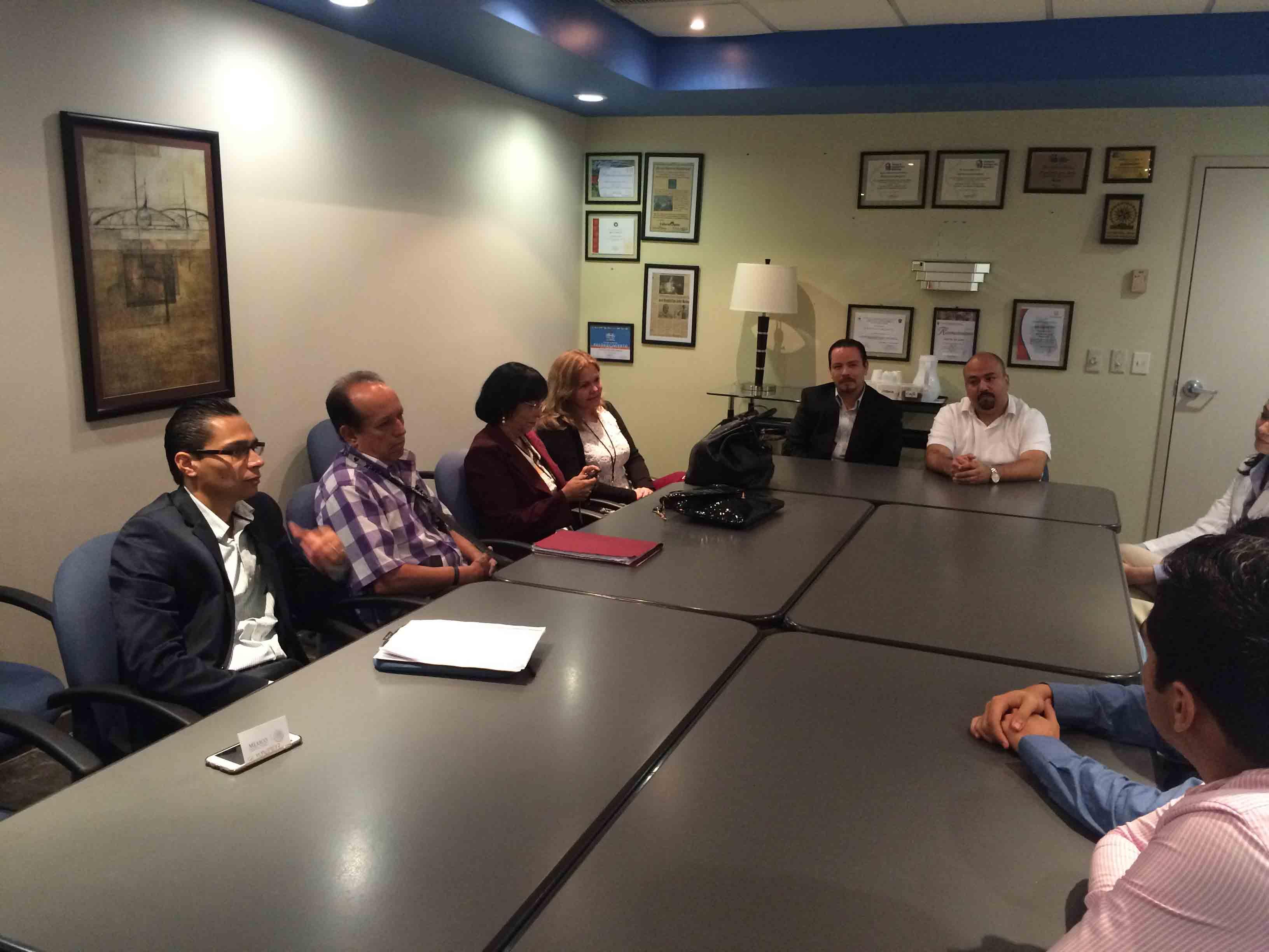 Doctor Juan Agustín Torres Vázquez, coordinador de la licenciatura de Médico Cirujano y Partero del Centro Universitario de la Costa, en reunión con su equipo de trabajo y organismo acreditador.