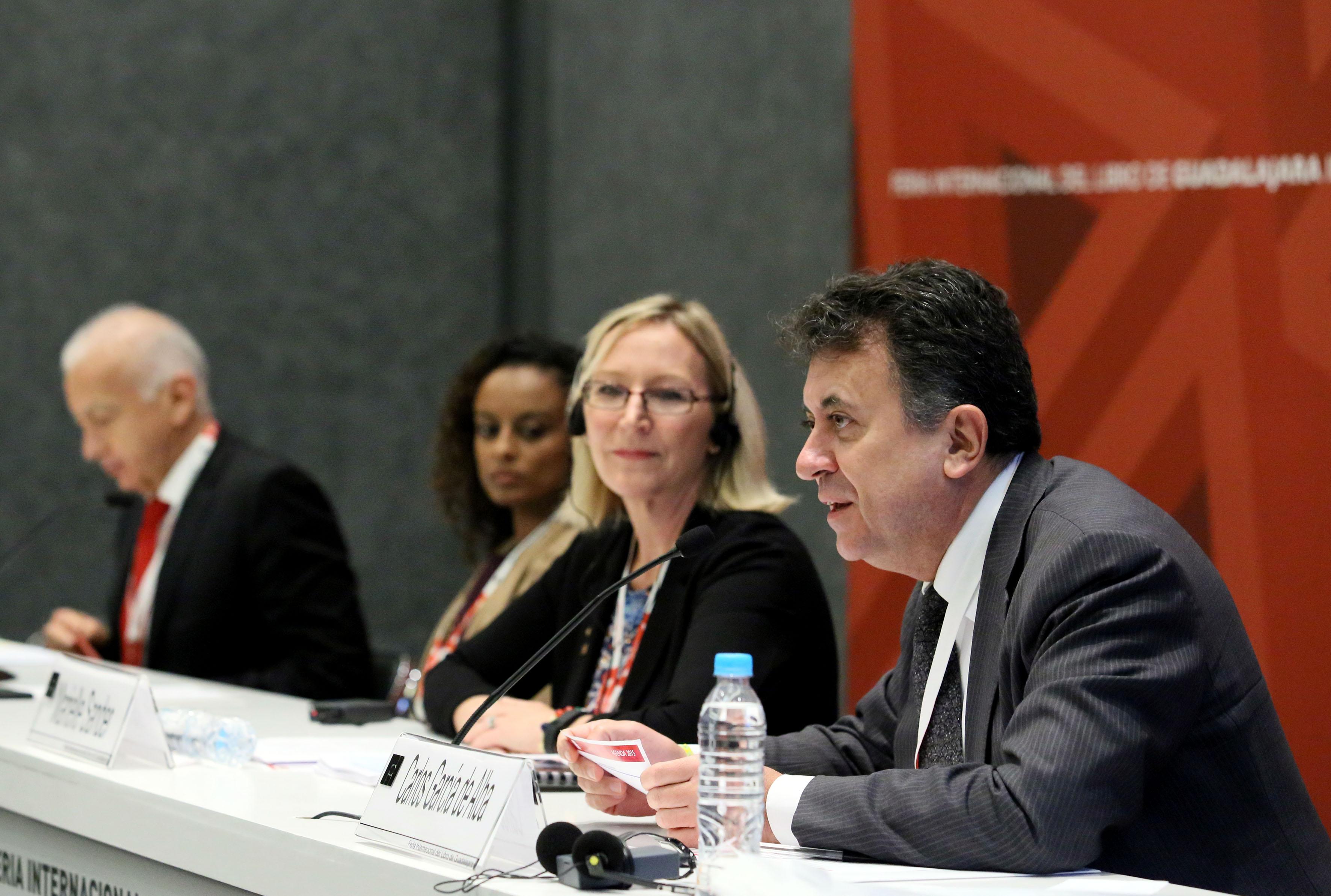 Carlos García de Alba, panelista participante haciendo uso de la palabra con su análsis en el  V Foro de Migración y Desarrollo.