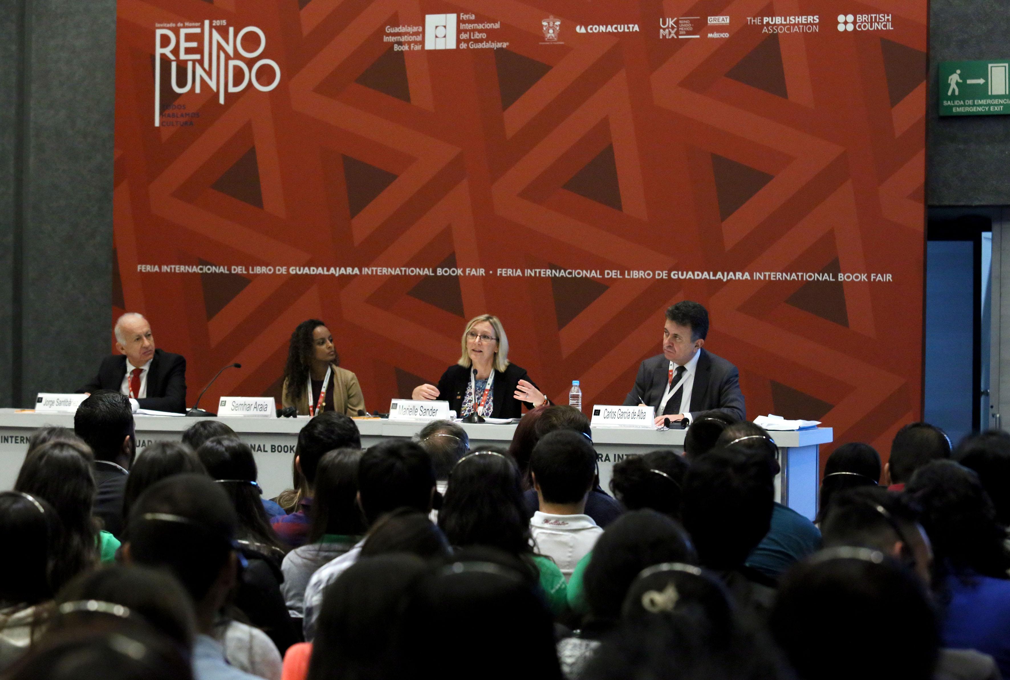Miembros panelistas participantes en la mesa de análisis del V Foro de Migración y Desarrollo, llevada en la FIL.