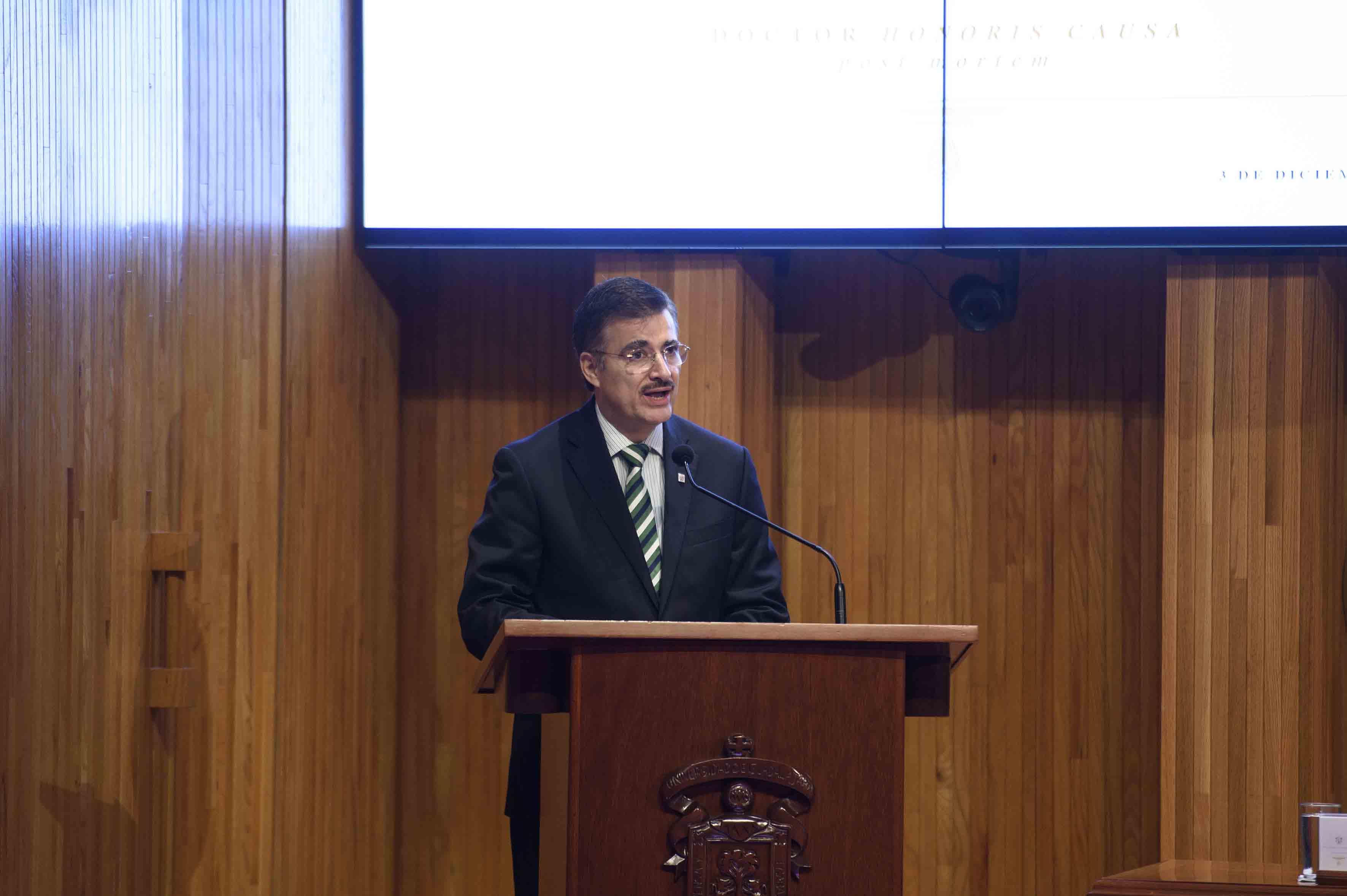El Rector General de esta Casa de Estudio, maestro Itzcóatl Tonatiuh Bravo Padilla, en el uso de la voz
