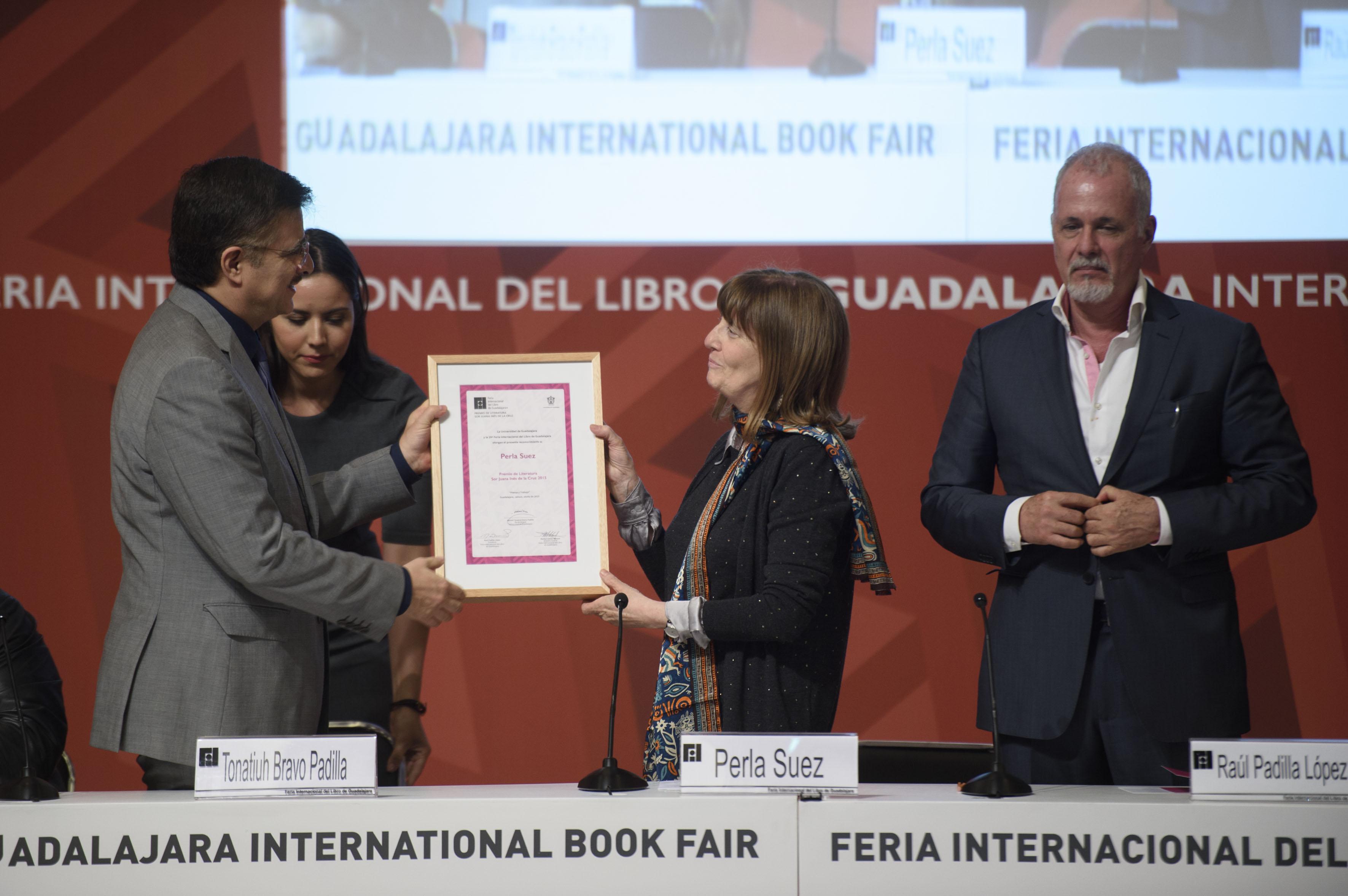 Perla Suez recibiendo su reconocimiento de parte del Mtro. Itzcóatl Tonatiuh Bravo Padilla