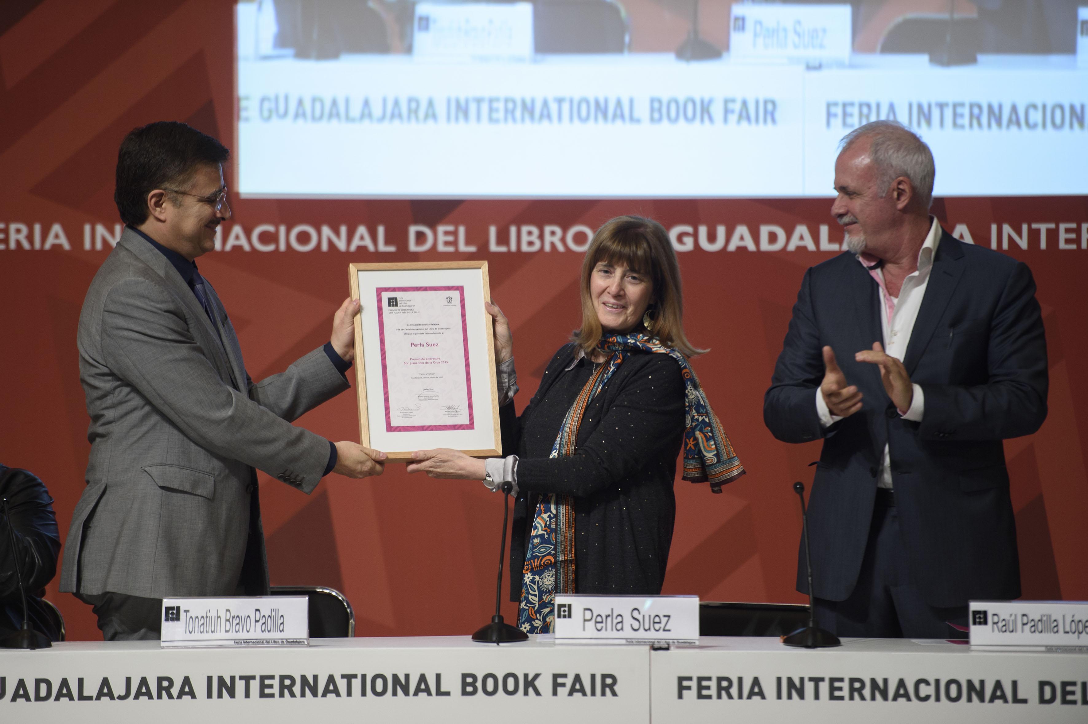 Mtro Itzcóatl Tonatiuh Bravo Padilla, Perla Suez y Lic. Raul Padilla López durante la ceremonia del Premio Sor Juana  Ines de la Cruz 2015