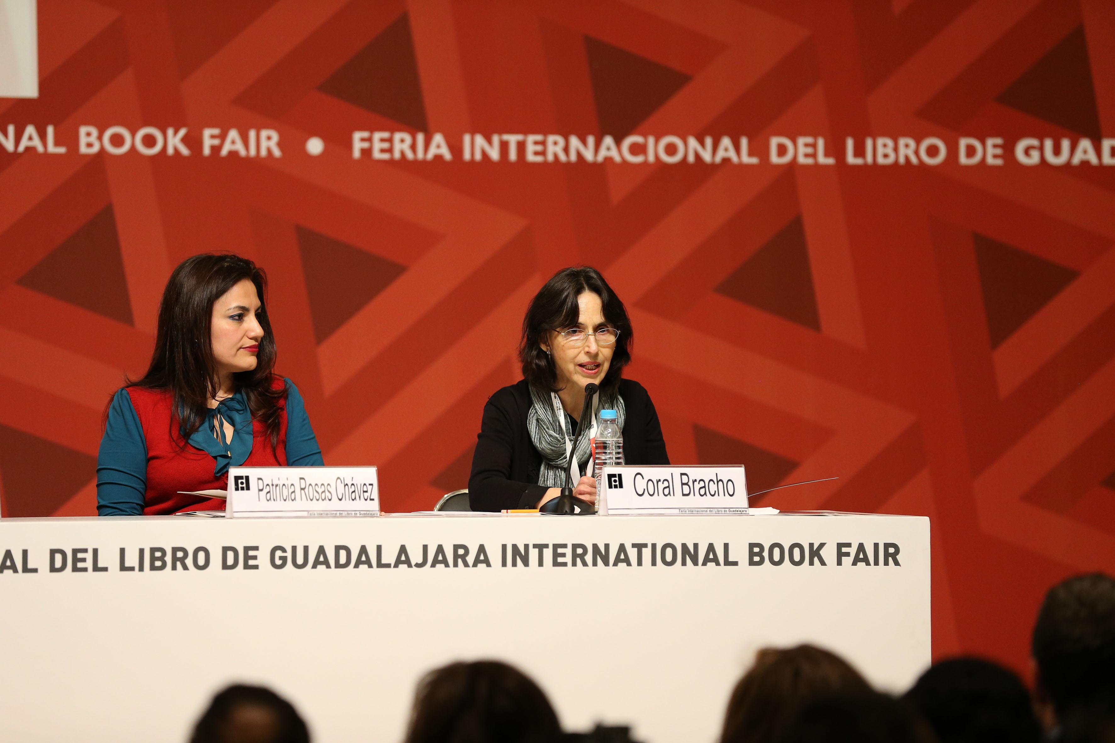 Escritora Coral Bracho haciendo uso de la voz