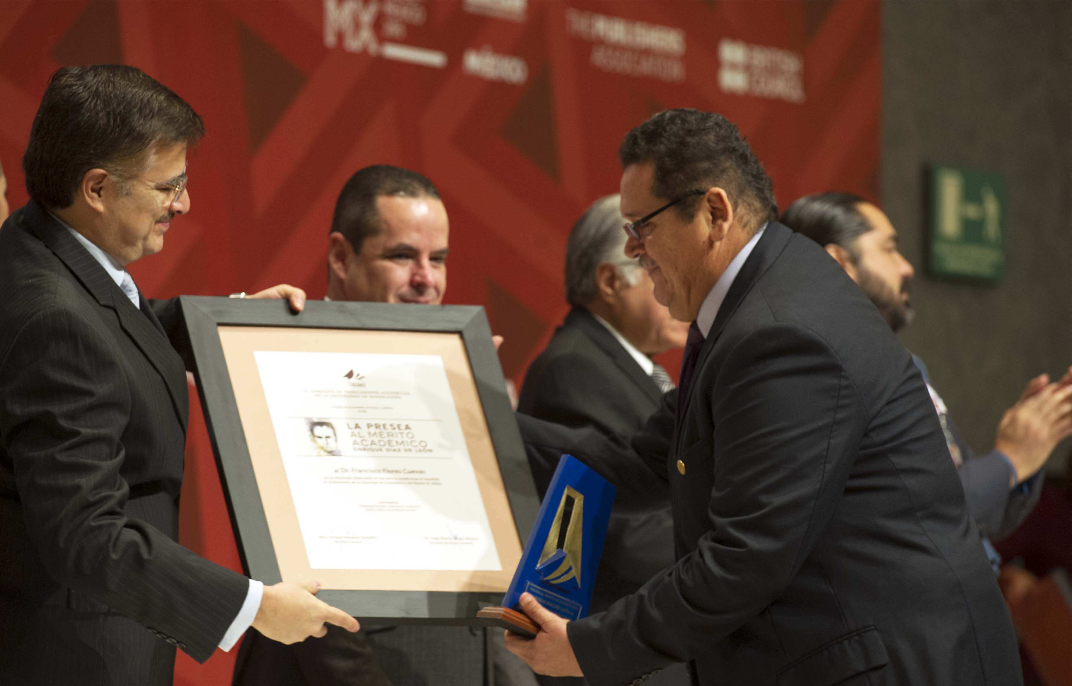 """Mtro Itzcoátl Tonatiuh Bravo Padilla haciendo entrega de la Presa al Mérito Académico """"Enrique Díaz de León"""""""