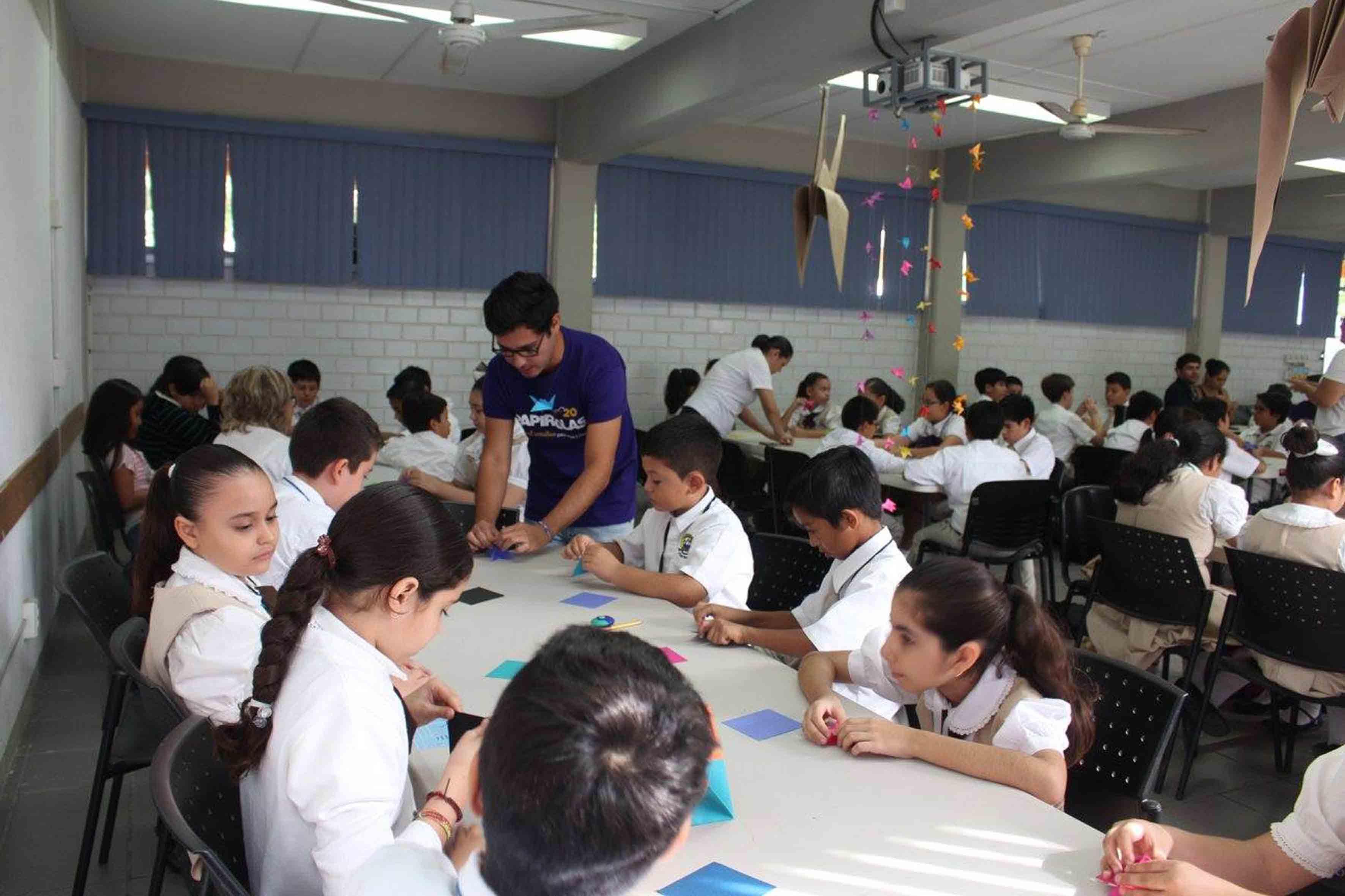 Niños participando en taller de papiroflexia, dentro del Festival Papirolas 2015.