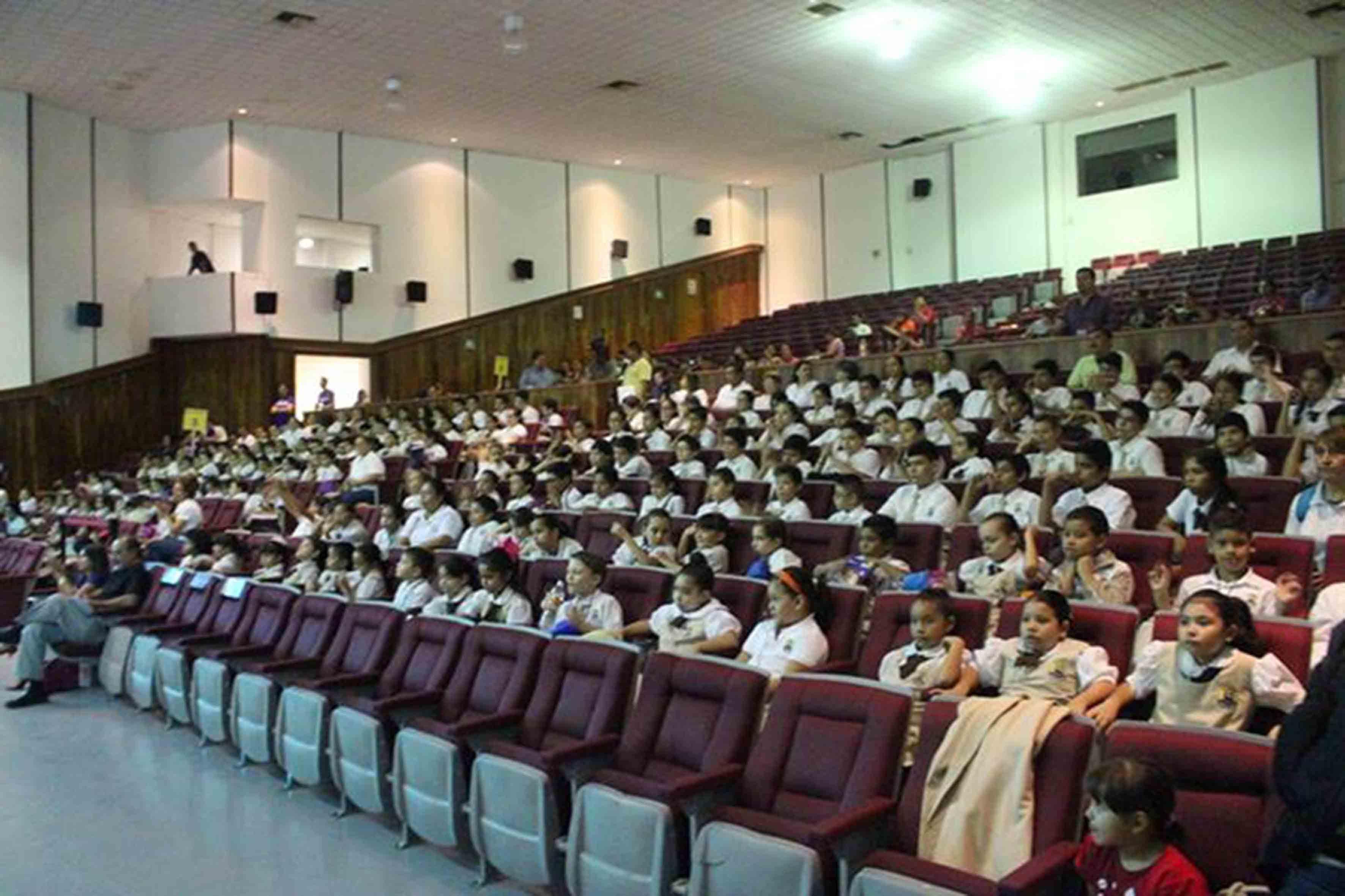Panorámica de los niños asistentes a la inauguración del Festival Papirolas 2015, en el auditorio del CUcosta.