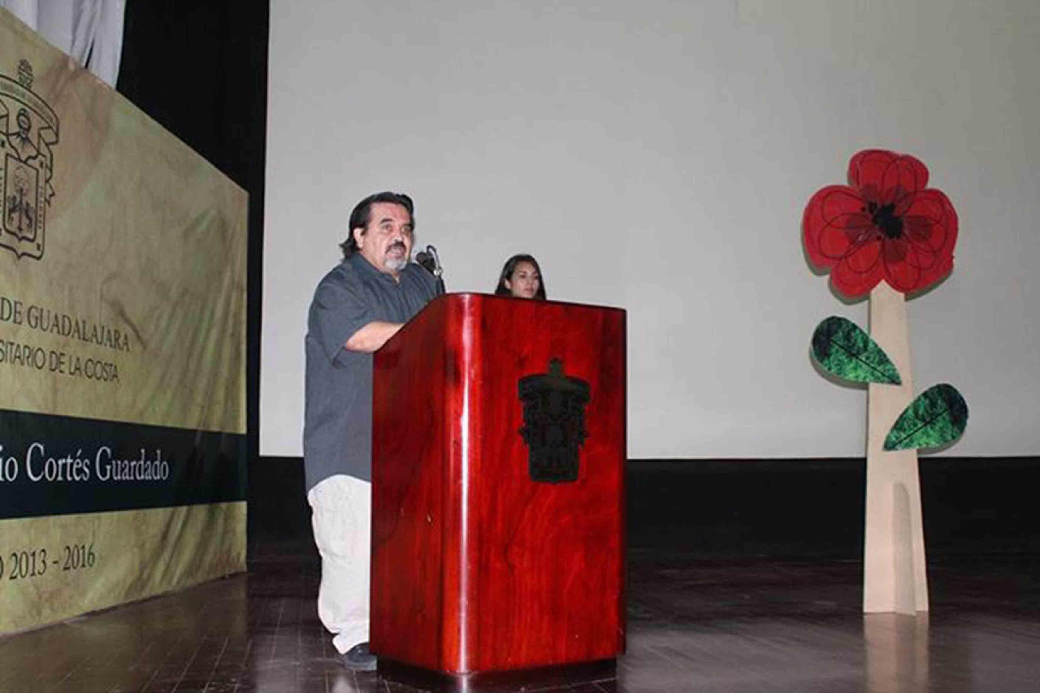 Mtro. Marco Antonio Cortés Guardado, Rector del Centro Universitario de la Costa, haciendo uso de la palabra en podium del auditorio del CUCosta, durante la inauguración del Festival de Papirolas 2015.