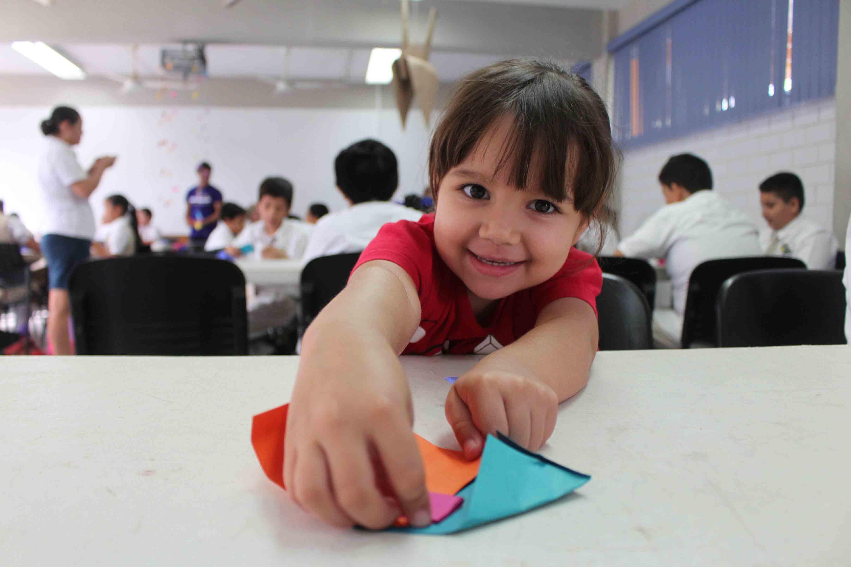 Niña participando en taller de origami, dentro del Festival de Papirolas 2015.