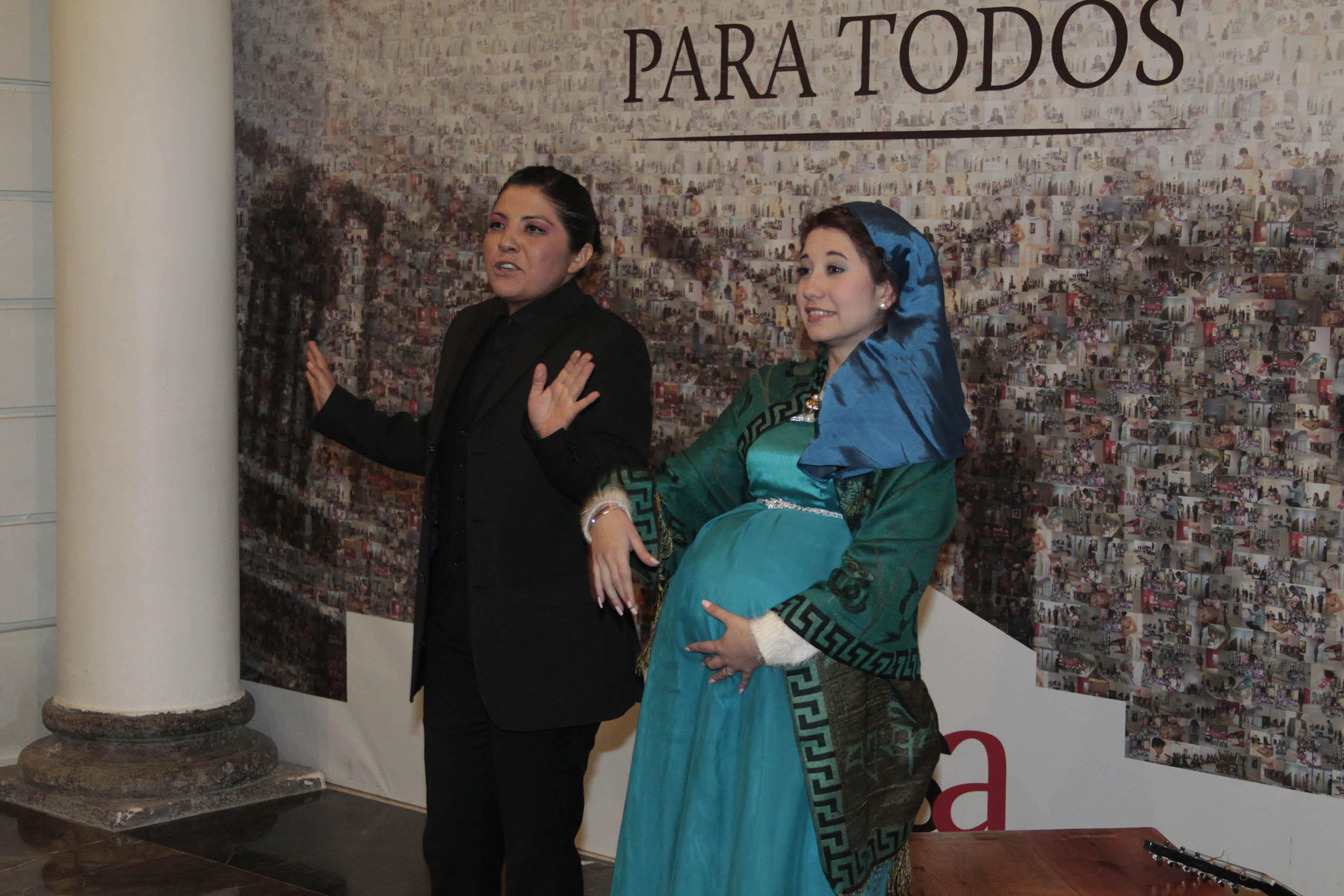 Cuenta Cuentos Isabel Cuevas y personaje del cuento participando en las Narrativas Nocturnas
