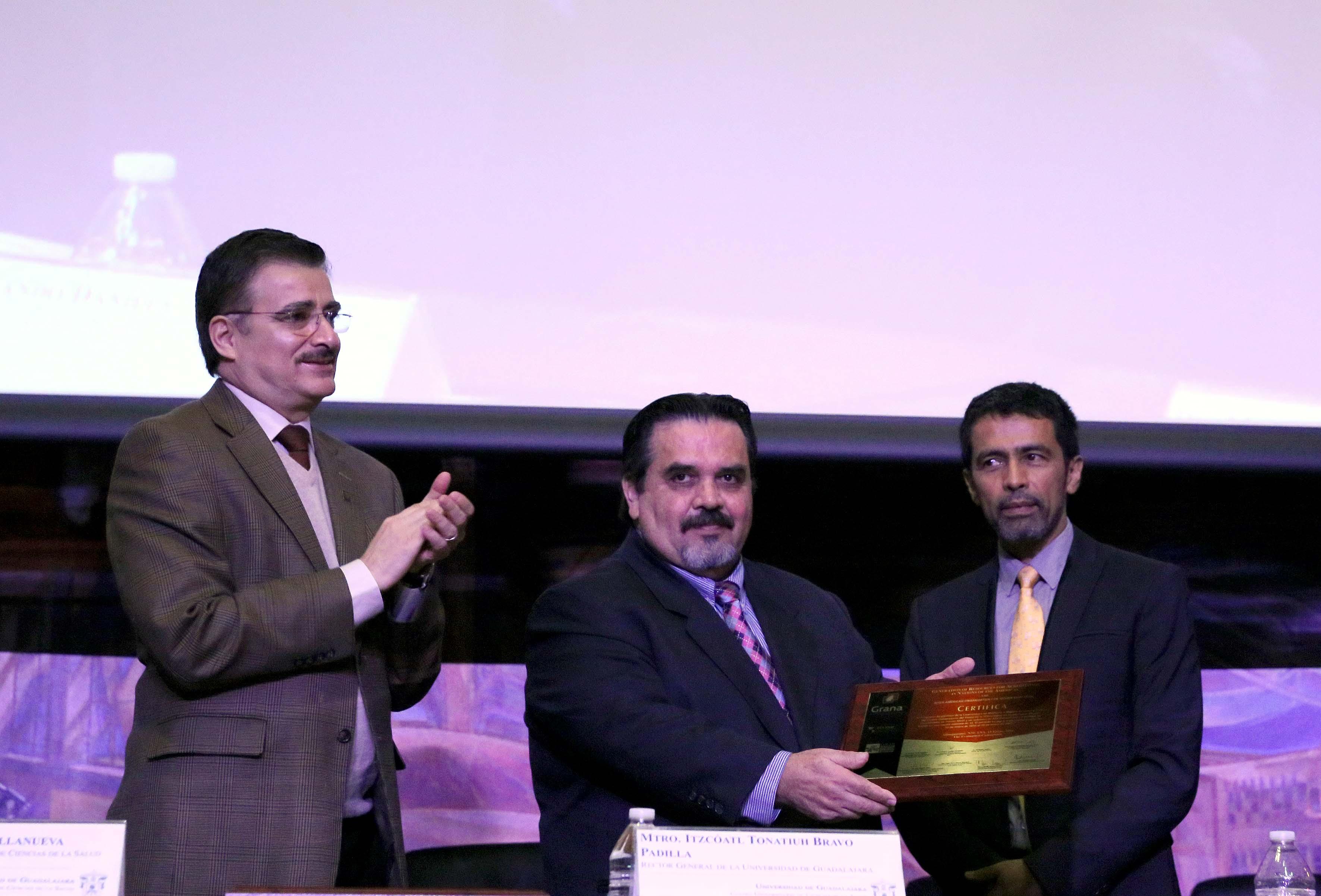 Recibiendo la acreditación el Rector de CUCOSTA, Dr. Marco Antonio Cortés Guardado.