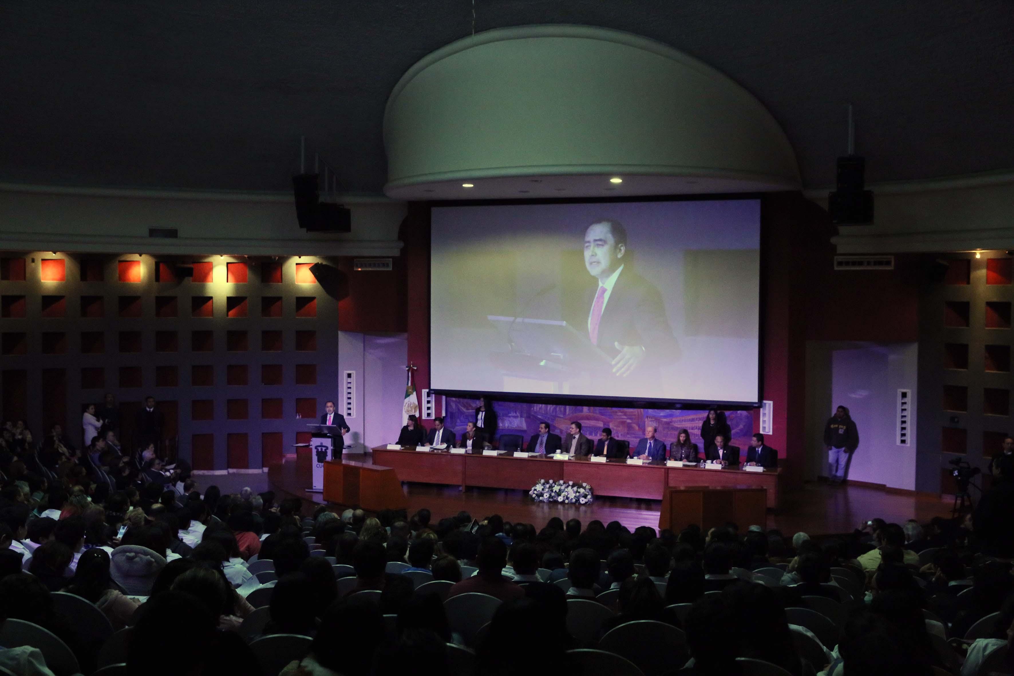 Presidium en la ceremonia de entrega de acreditaciones en el CUCS