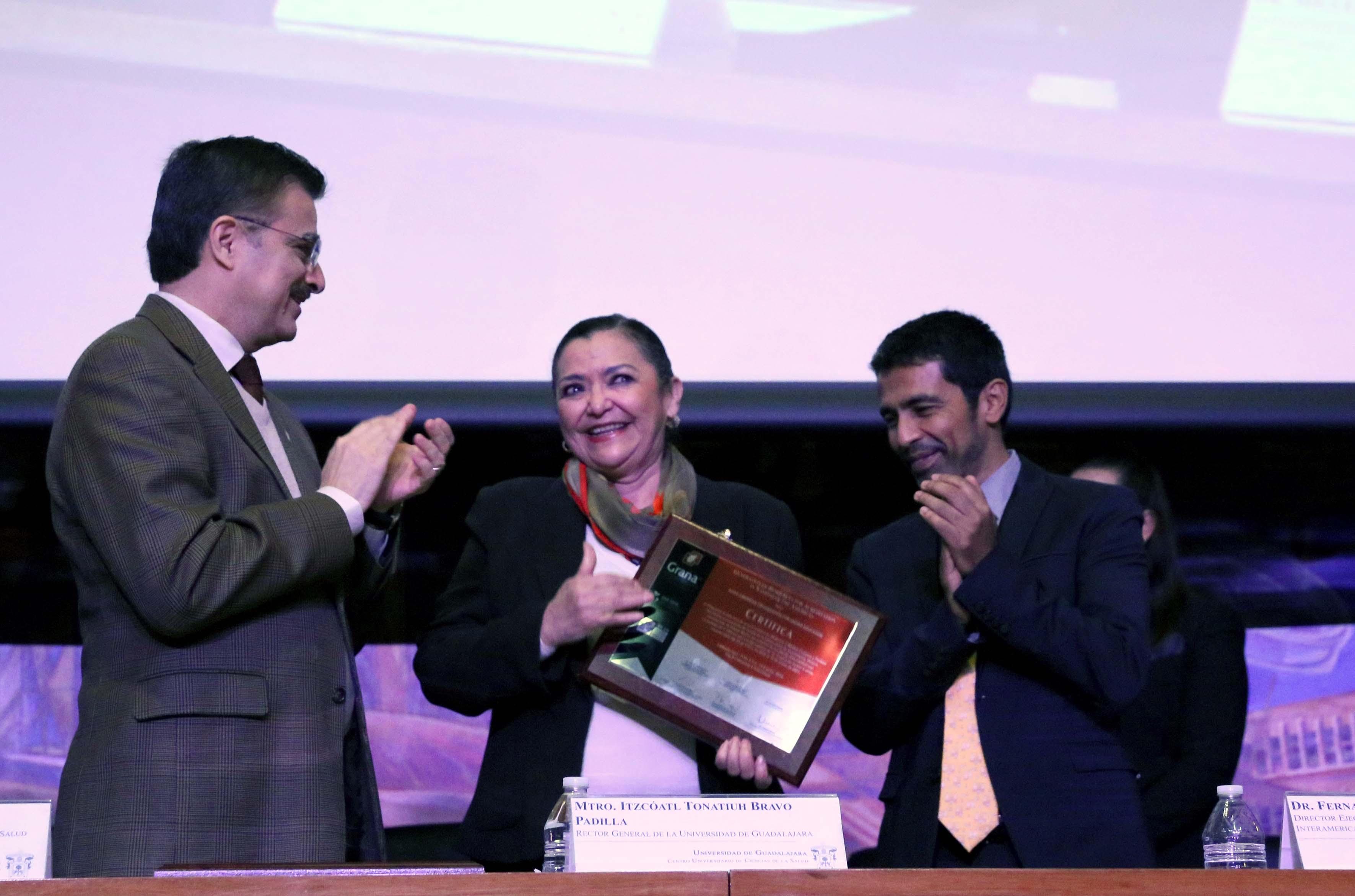 La Dra. Ruth Padilla recibiendo acreditación al CUTONALÁ