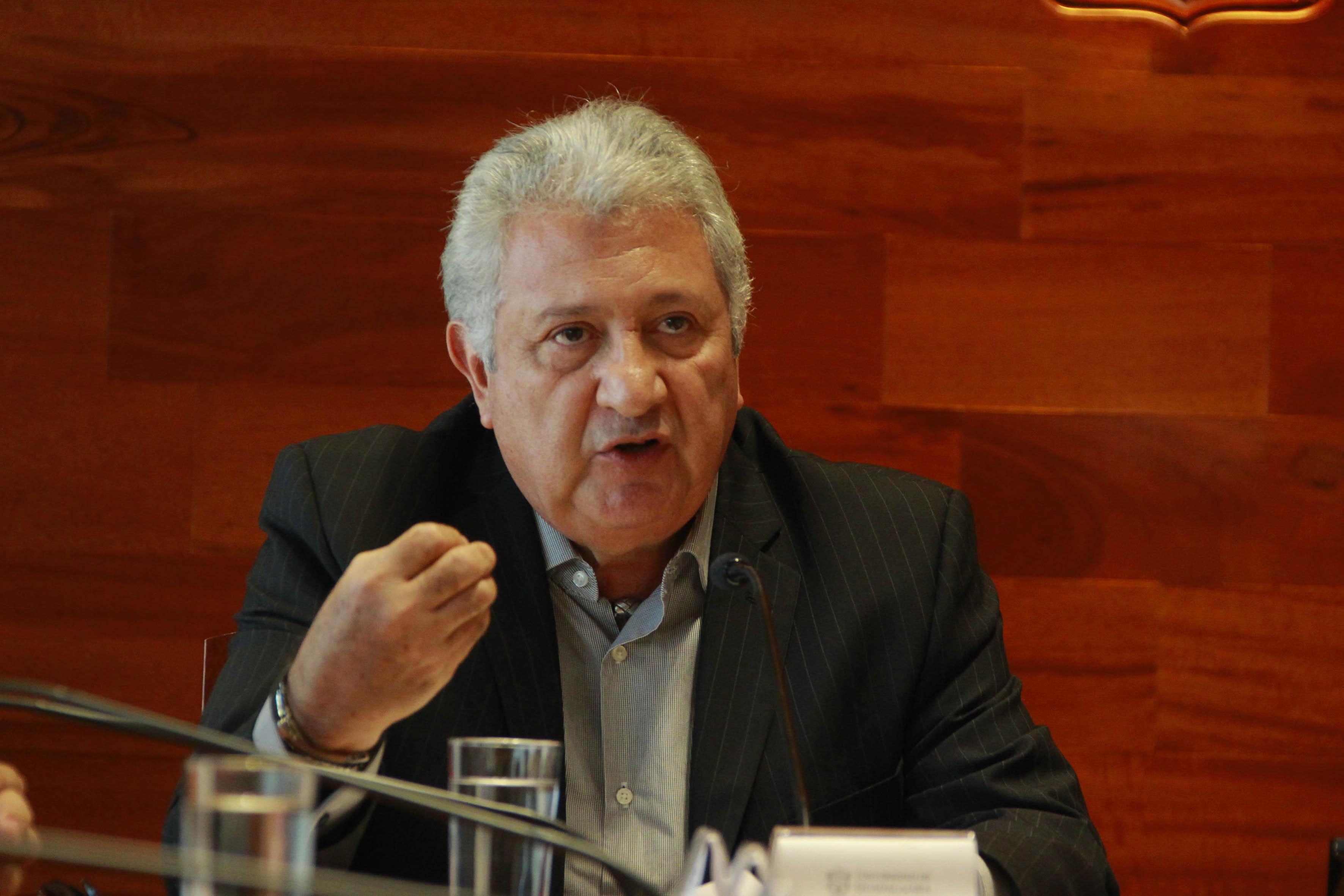 Frente al microfono, el doctor Jorge Villanueva Hernández, presidente de la Asociación de Empresarios de Puerto Vallarta y Bahía de Banderas, A.C