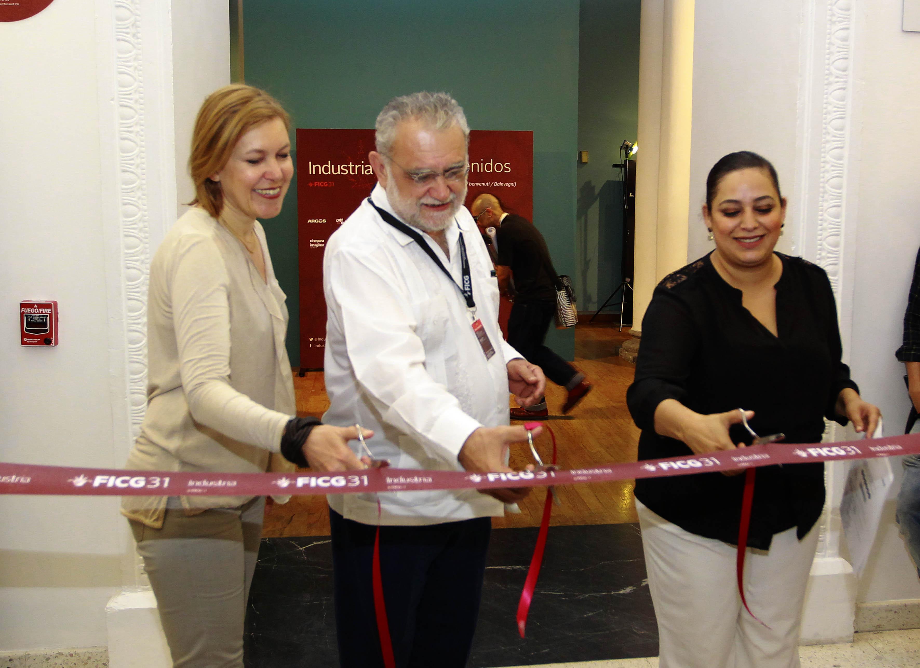 El director del FICG, biólogo Iván Trujillo  y la  managing director de Swiss Films, Catherine Ann Berger  cortando el listón en la inauguración del Mercado de Cine