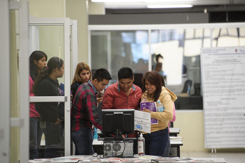 Jóvenes ingresando a instalaciones universitarias