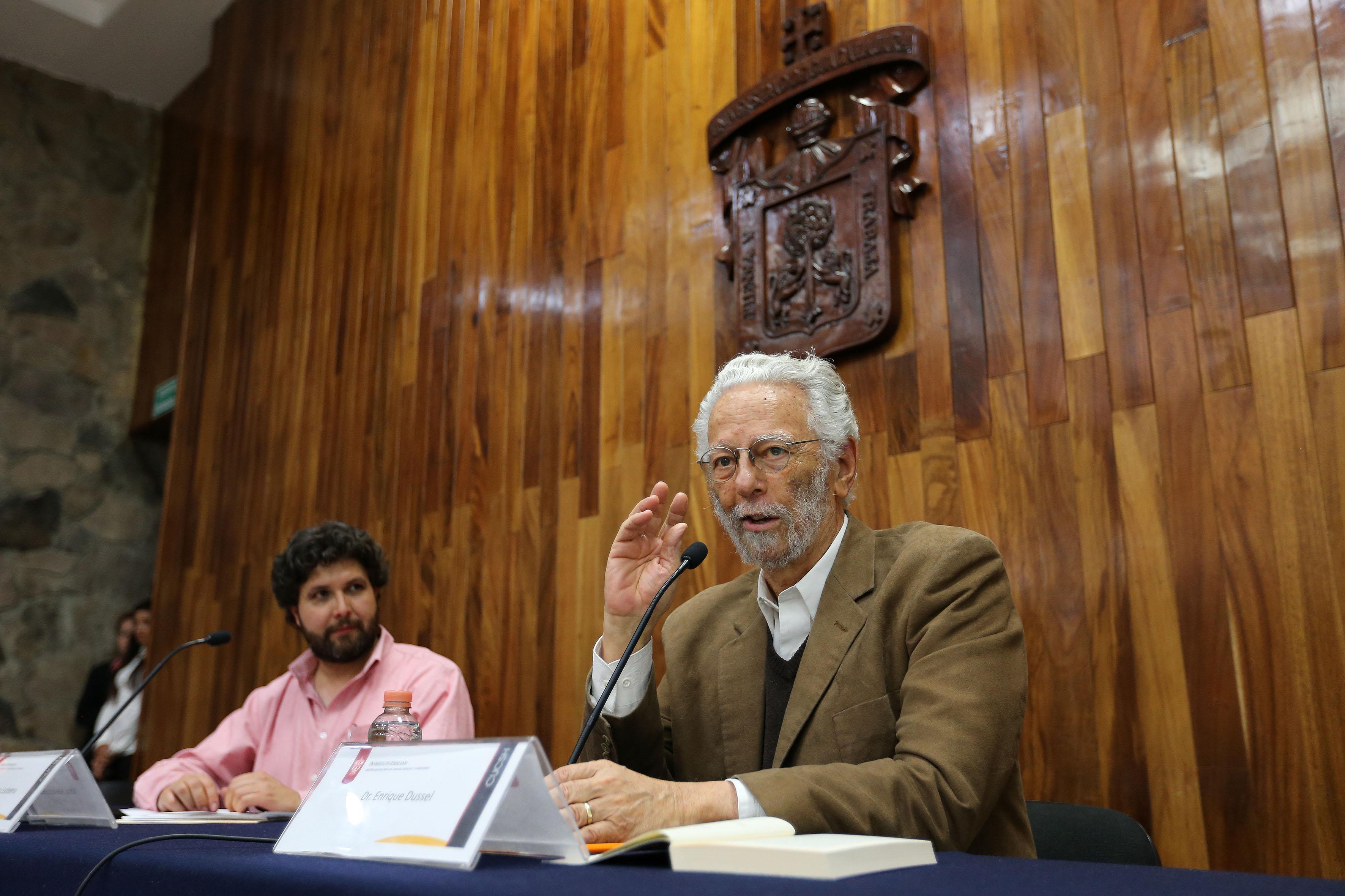 Dr. Enrique Dussel participando en conferencia