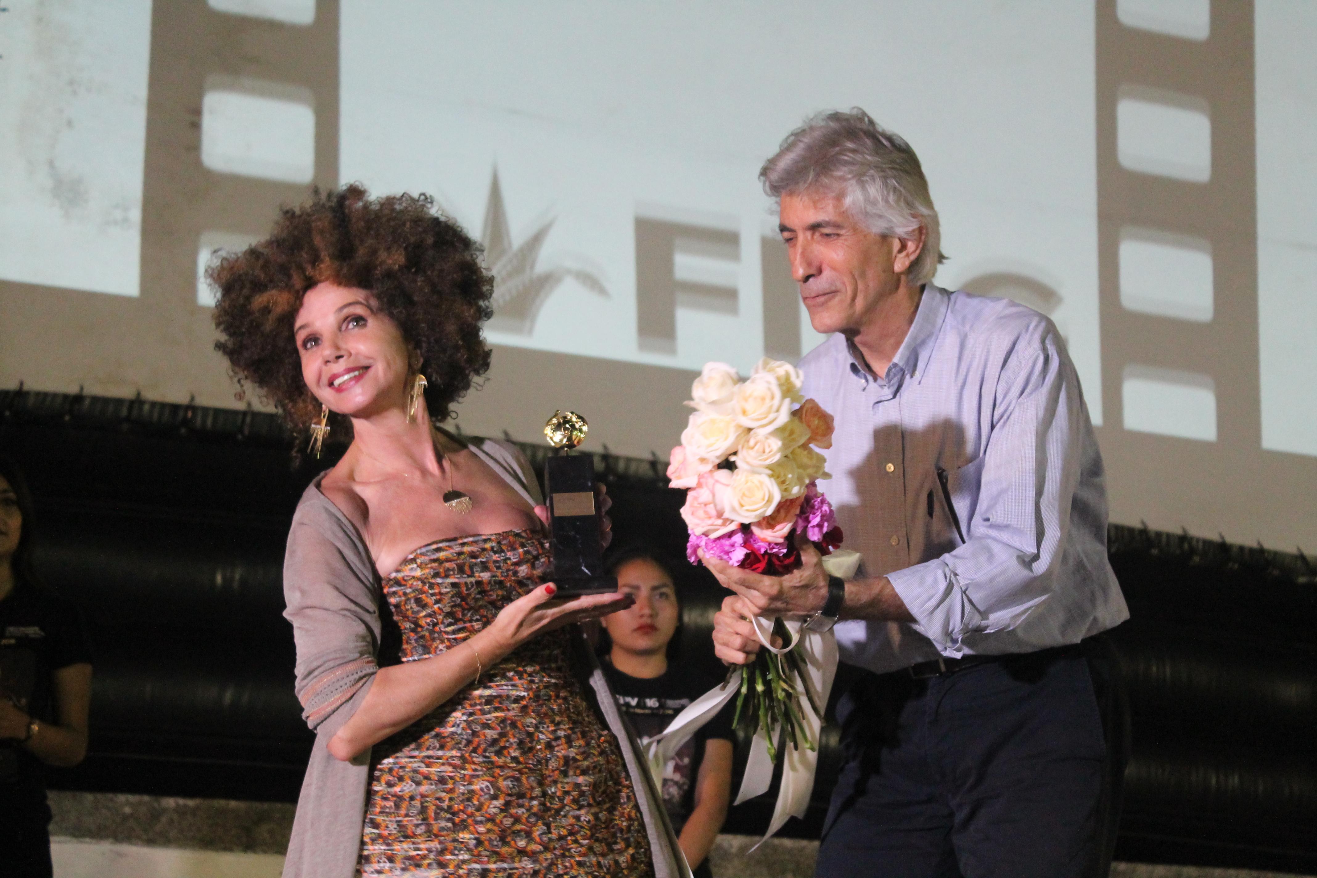 """Victoria Abril recibiendo premio  """"La iguana de oro"""" en los Arcos del Malecón, en segundo día de actividades del Festival Internacional de Cine en Puerto Vallarta (FICPV"""