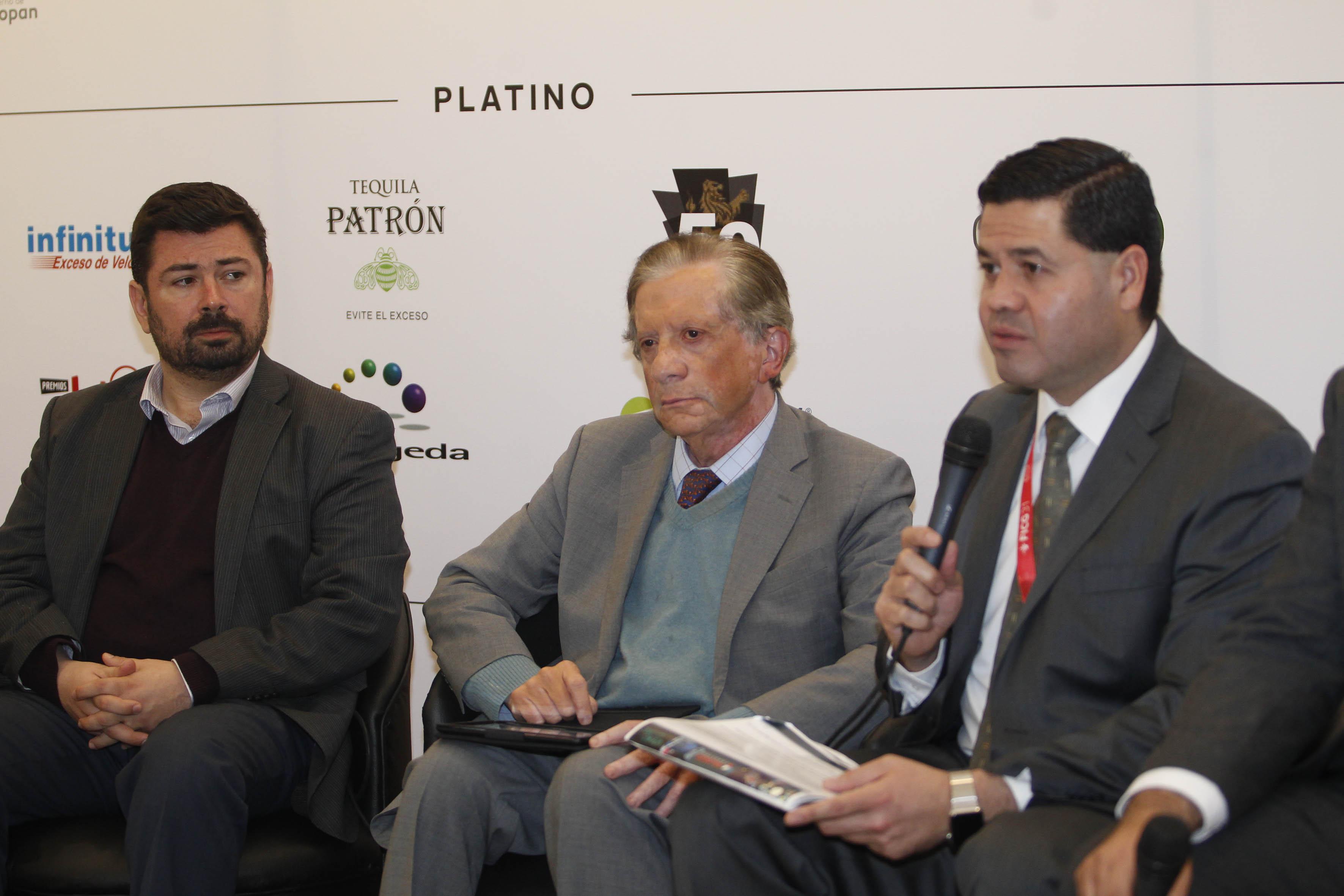 El director de la Operadora del Sistema Universitario de Radio, Televisión y Cinematografía de la Universidad de Guadalajara junto almaestro Jaime Reyes Robles