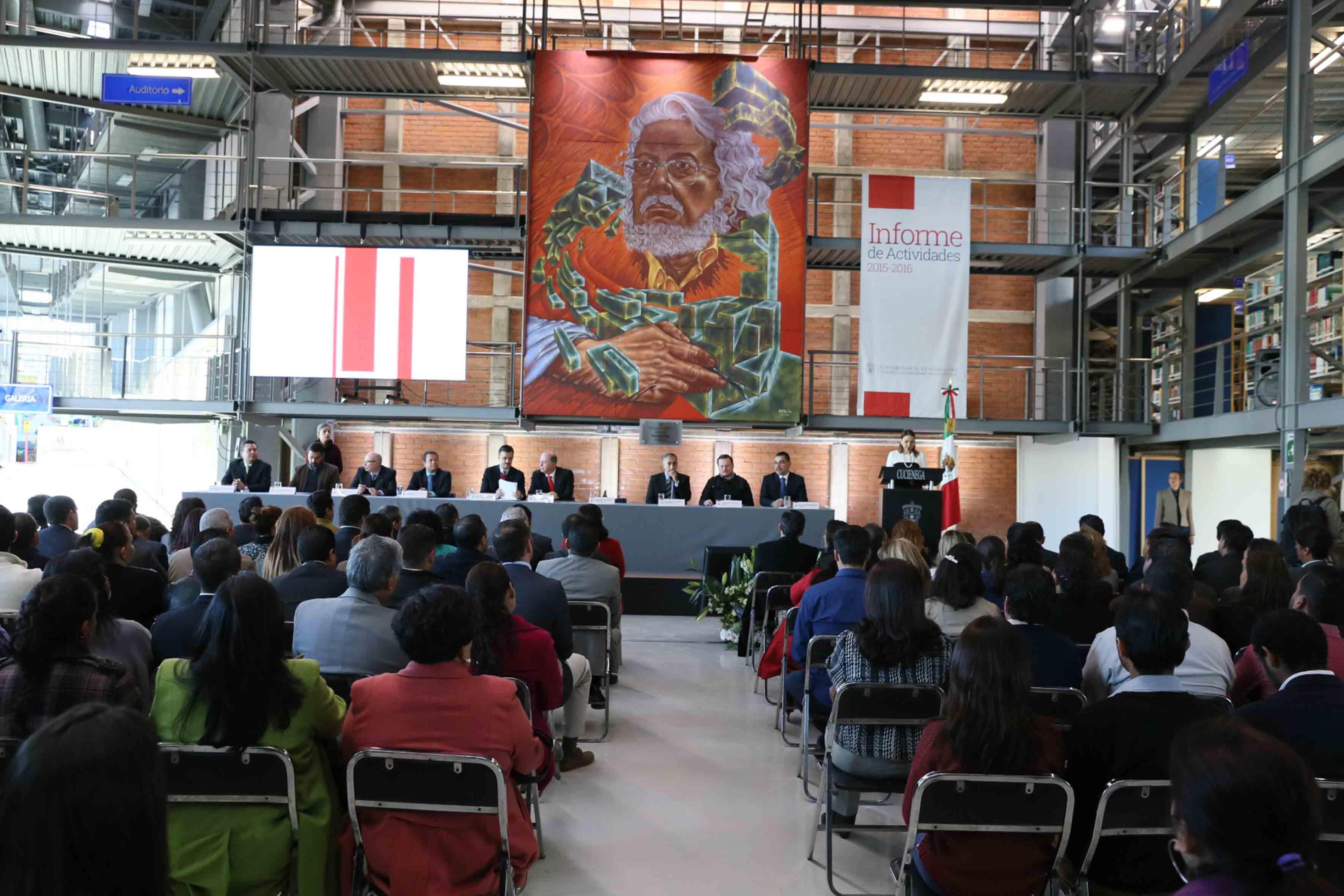 Vista panorámica de las autoridades universitarias participantes y asistentes  al informe de actividades 2015-2016 del CUCiénega.