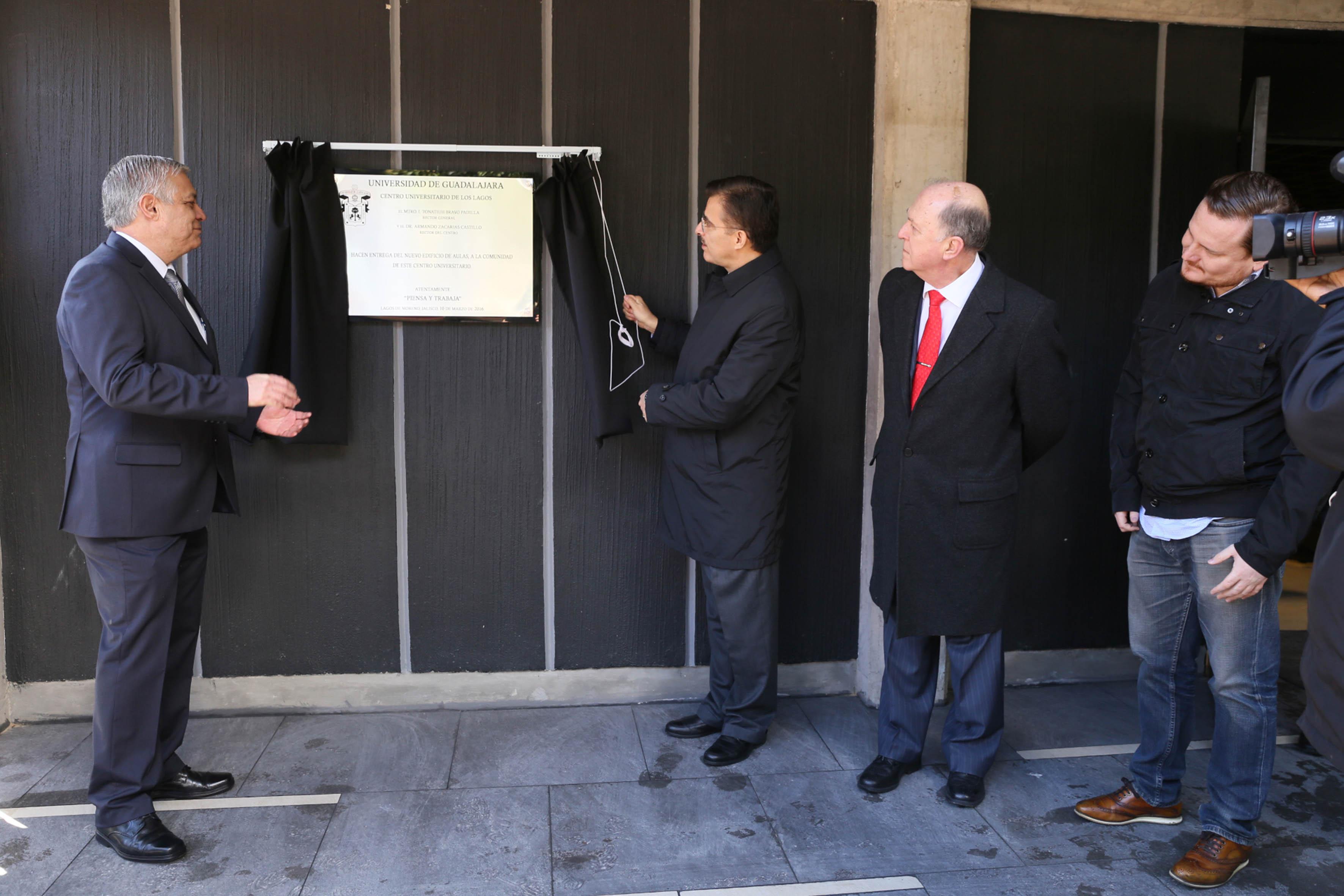 Rector General de la UdeG, maestro Itzcóatl Tonatiuh Bravo Padilla debelando una placa conmemorativa en instalaciones del CULagos