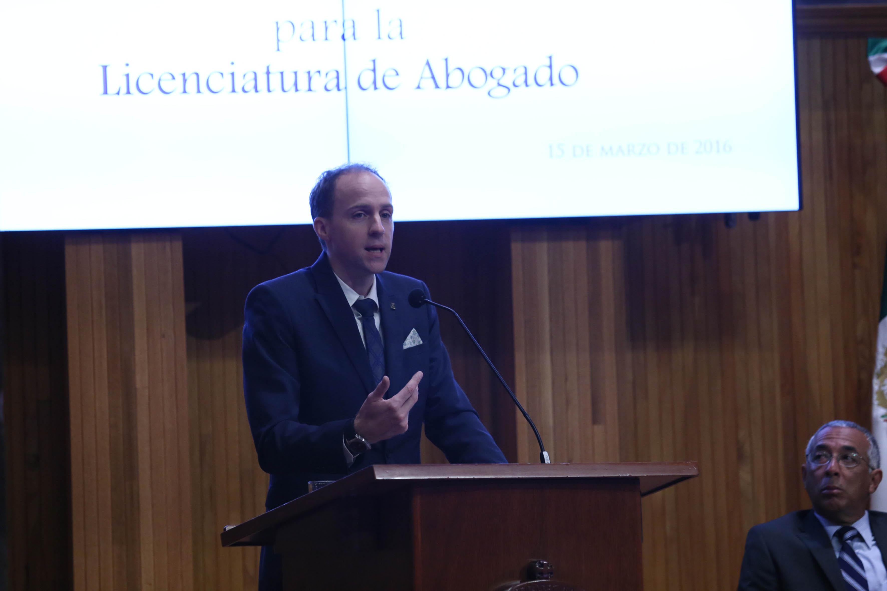 Dr. David Julien, secretario general ejecutivo de la Organización Universitaria Interamericana (OUI), en podium del Paraninfo, haciendo uso de la palabra.