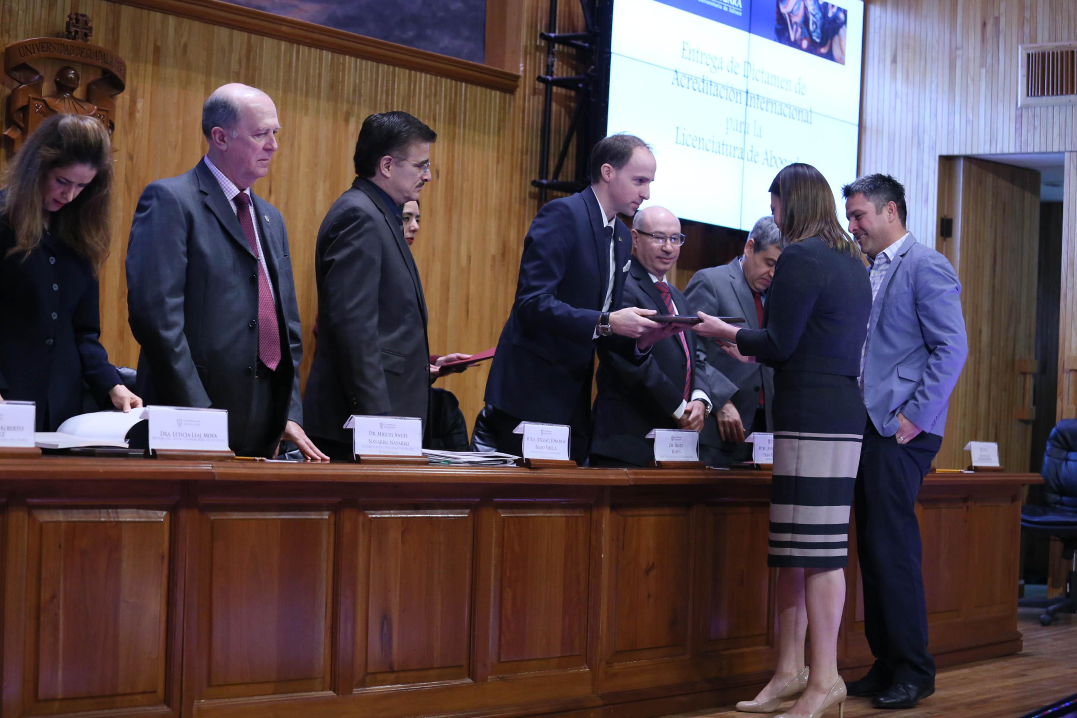 Rectora del CUCiénega, Mtra. María Felícitas Parga Jiménez, recibiendo reconocimiento por parte del Secretario General Ejecutivo de la OUI.