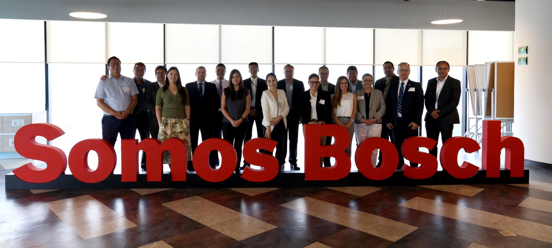 Autoridades universitarias y directivos de la empresa Bosch