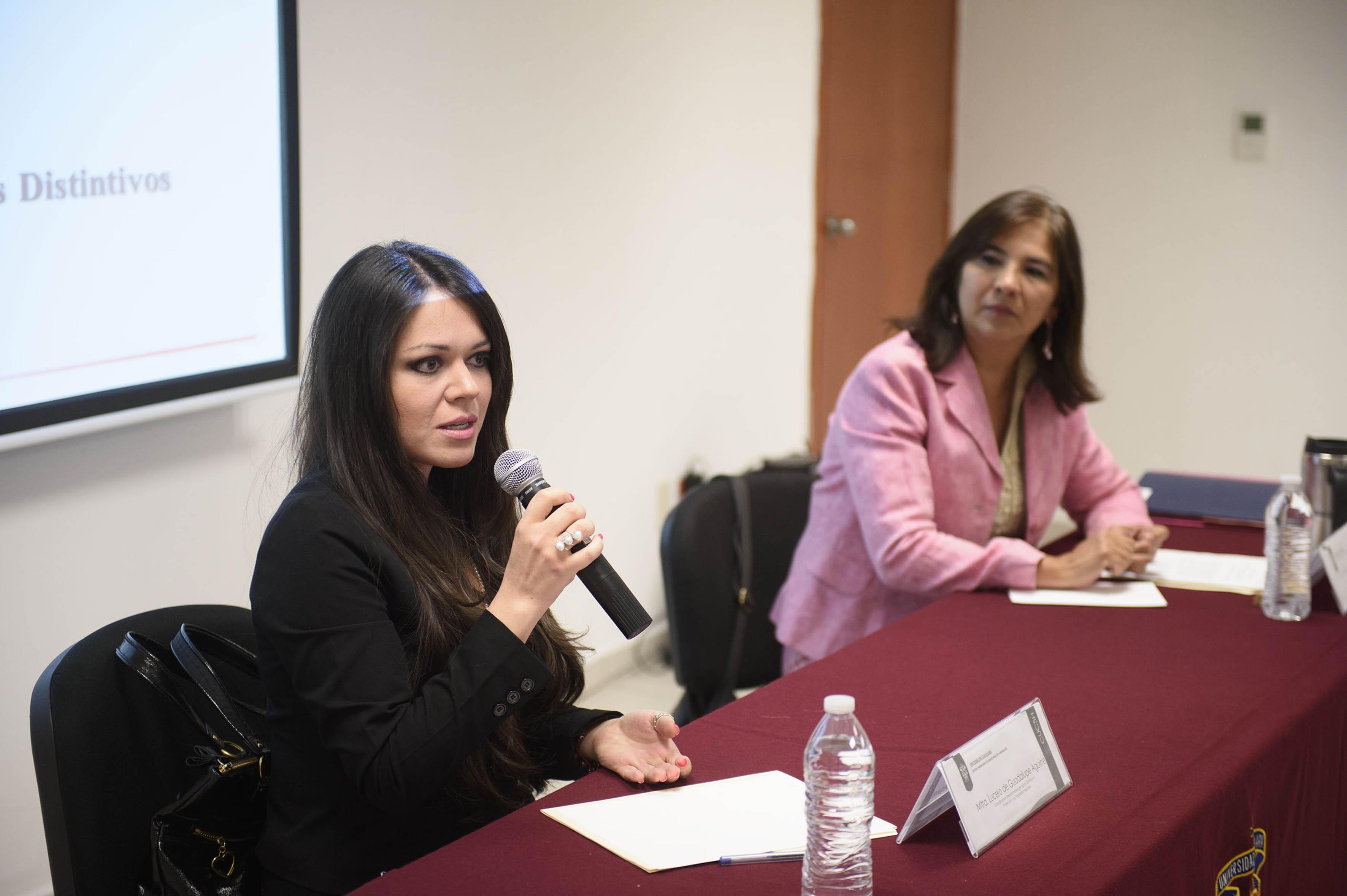 Mtra. Lucero de Guadalupe Aguirre haciendo uso de la palabra en conferencia