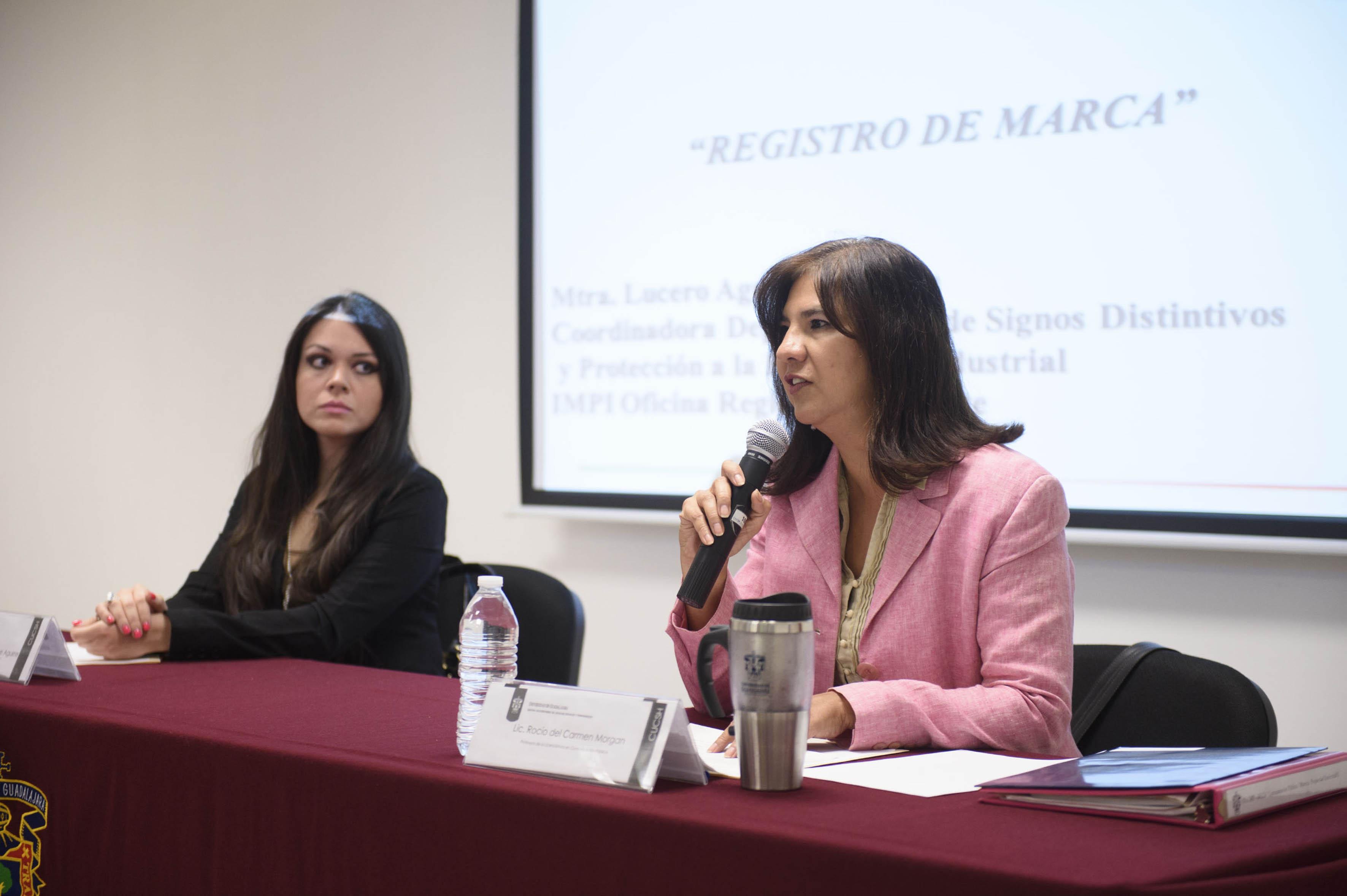 Mtra. Rocío Morgan Franco hablando frente al micrófono