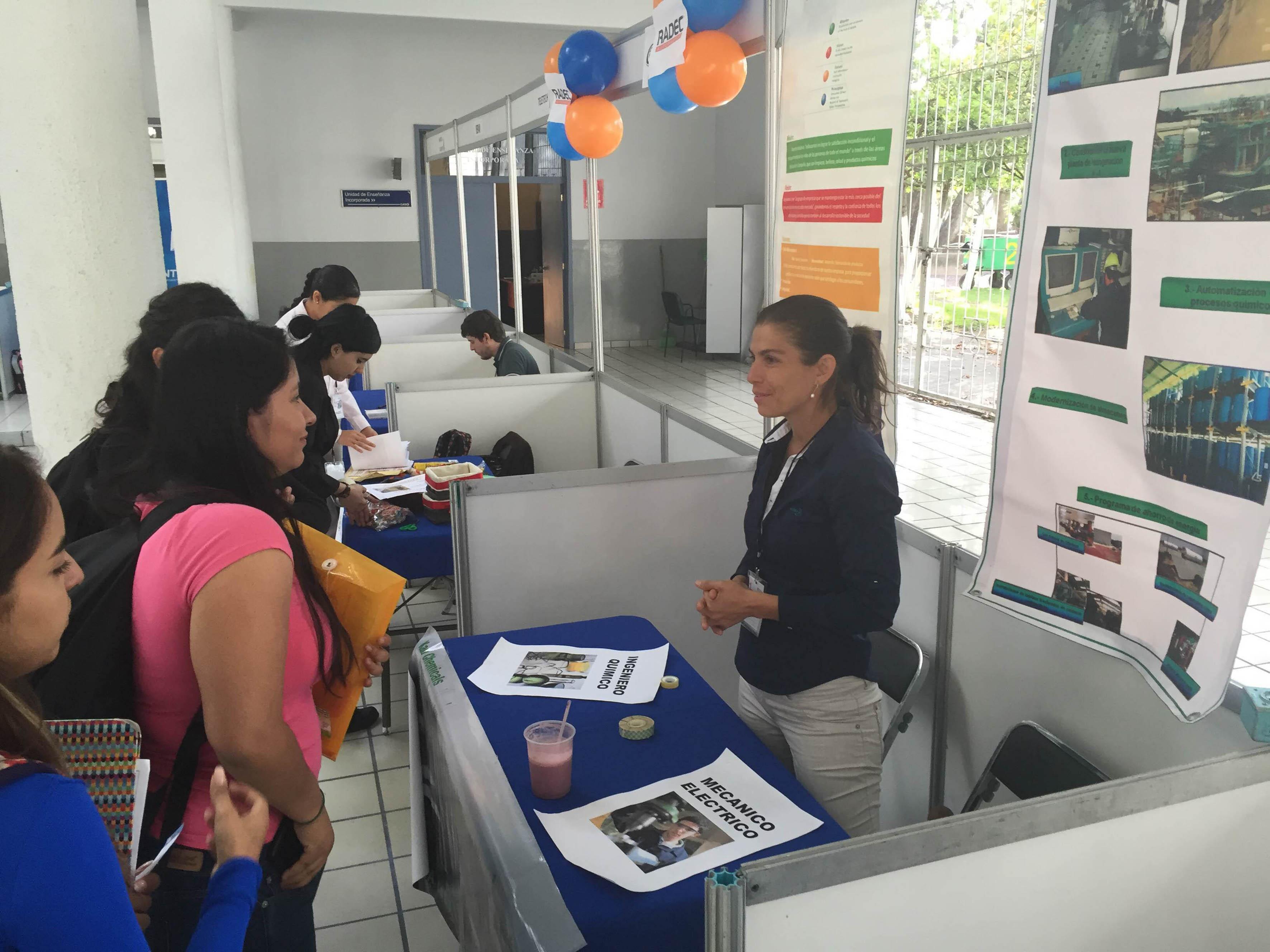 Reclutadora proporcionando información del trabajo a estudiantes del CUCEI.