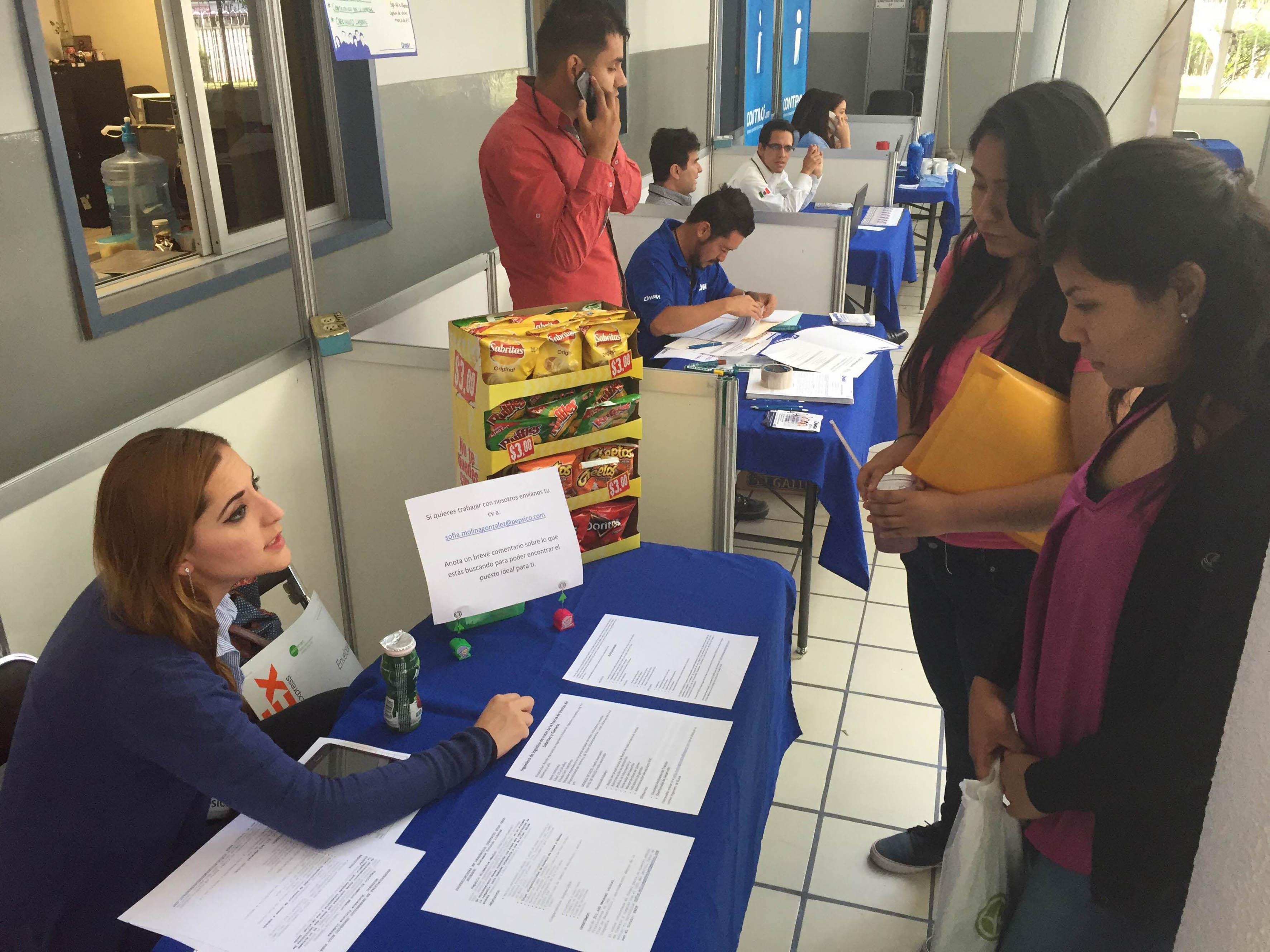 Reclutadora proporcionando información de los distintos perfiles para los puestos de trabajo ofrecidos a estudiantes del CUCEI.