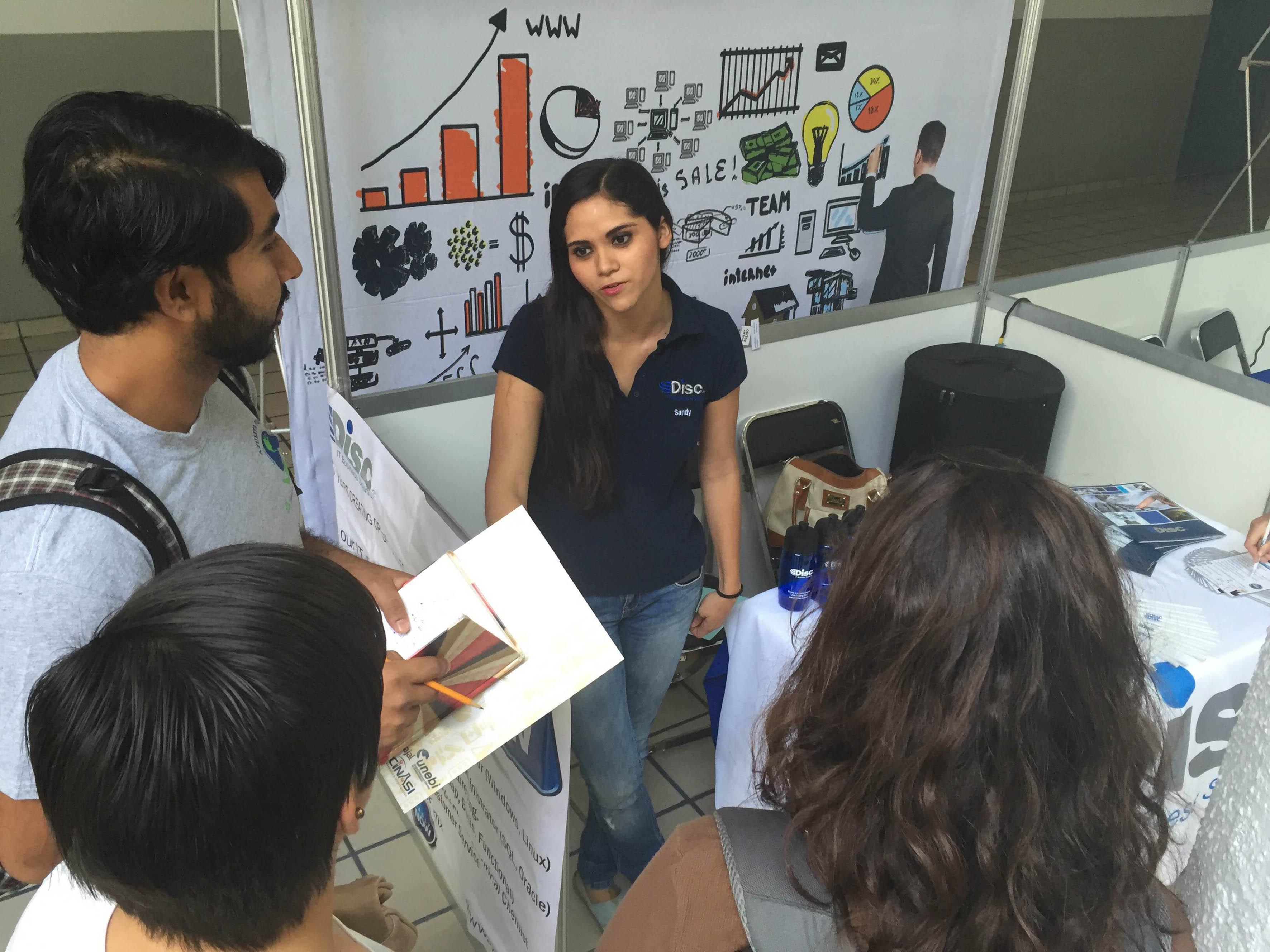 Reclutadora proporcionando información del trabajo a grupo de estudiantes del CUCEI.