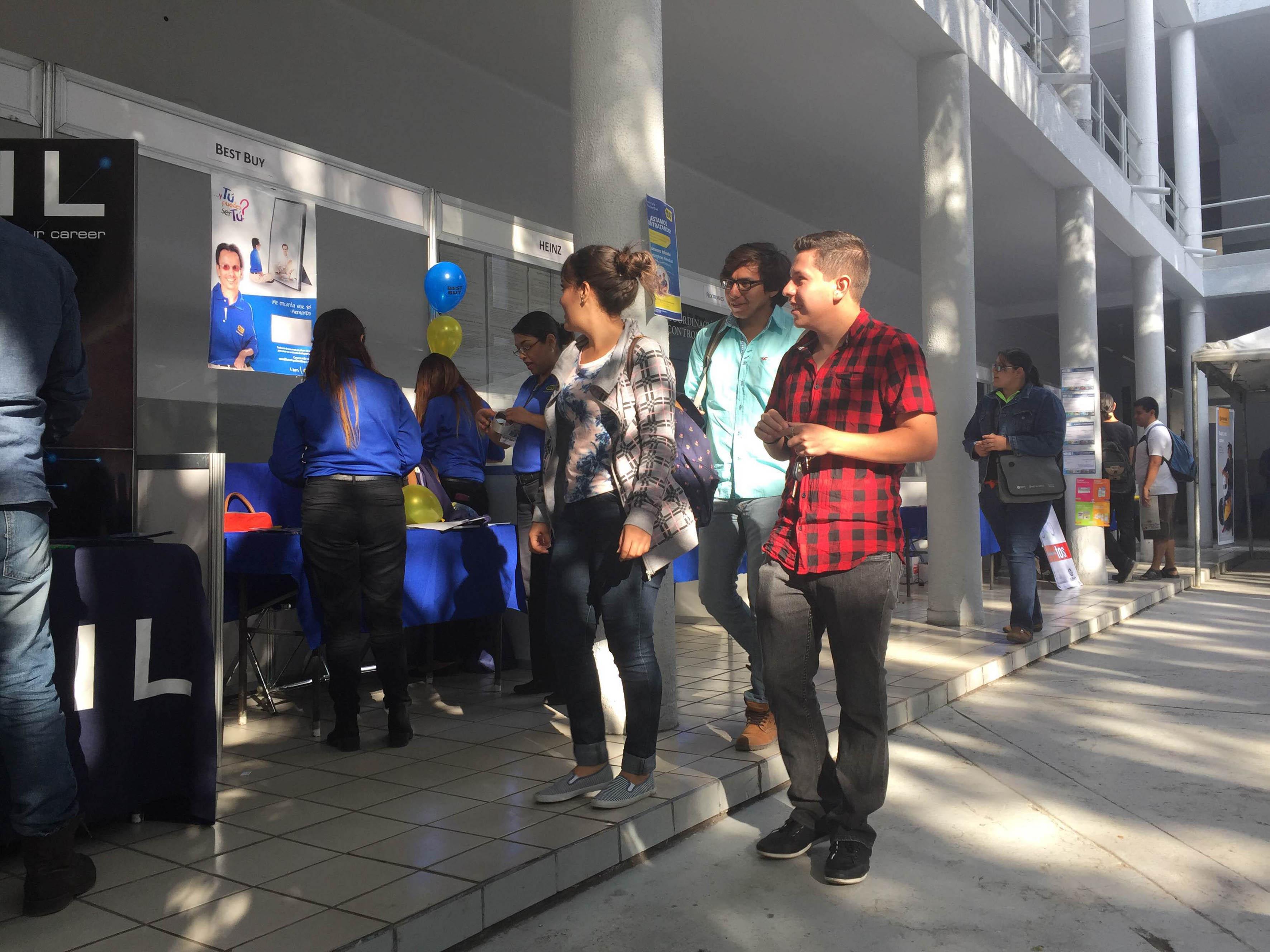 Estudiantes del CUCEI, visitando la Feria del Empleo 2016, ubicado dentro de sus instalaciones.