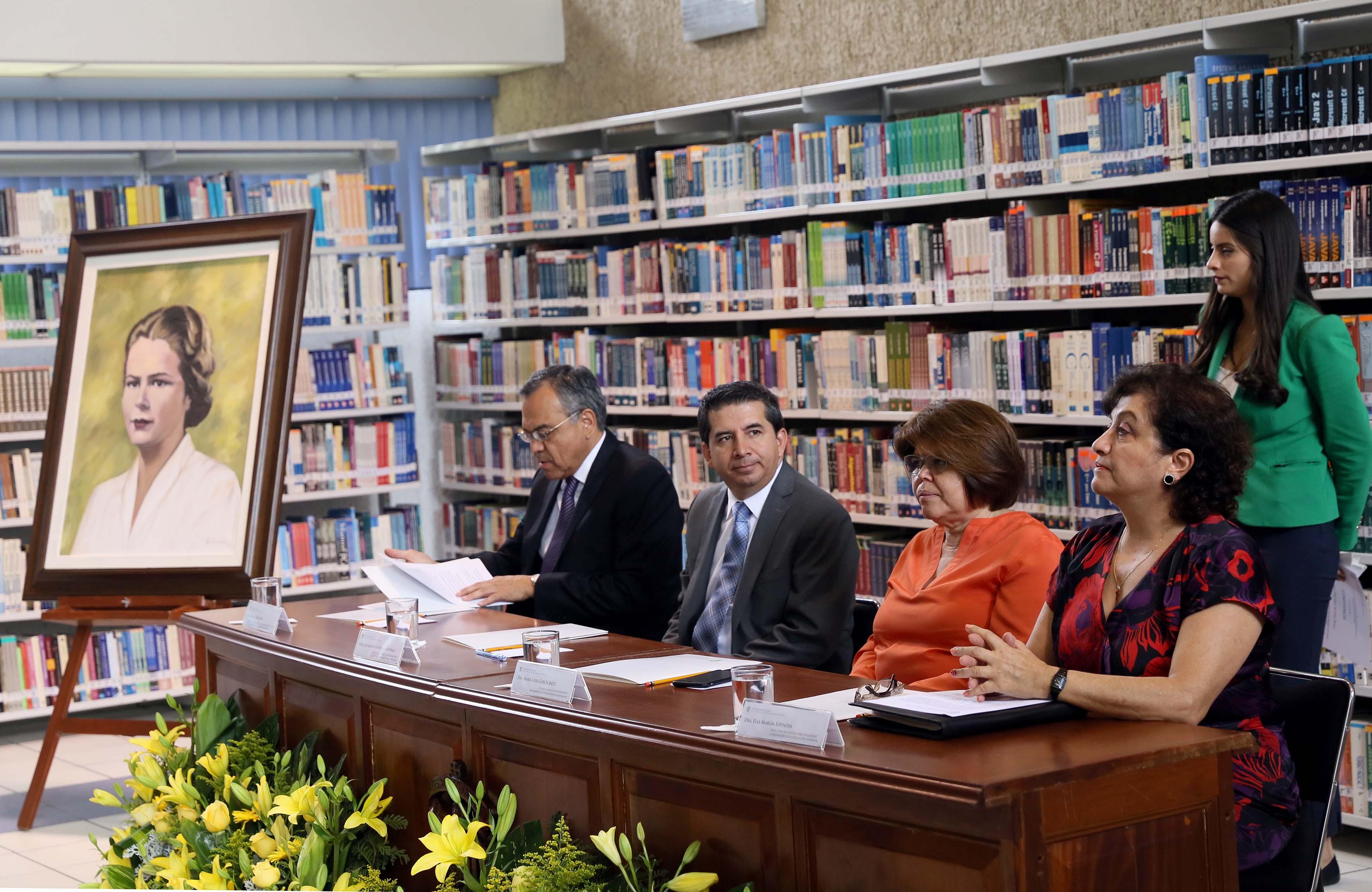 Autoridades universitarias participando en la ceremonia de entrega del retrato de Edith Penrose