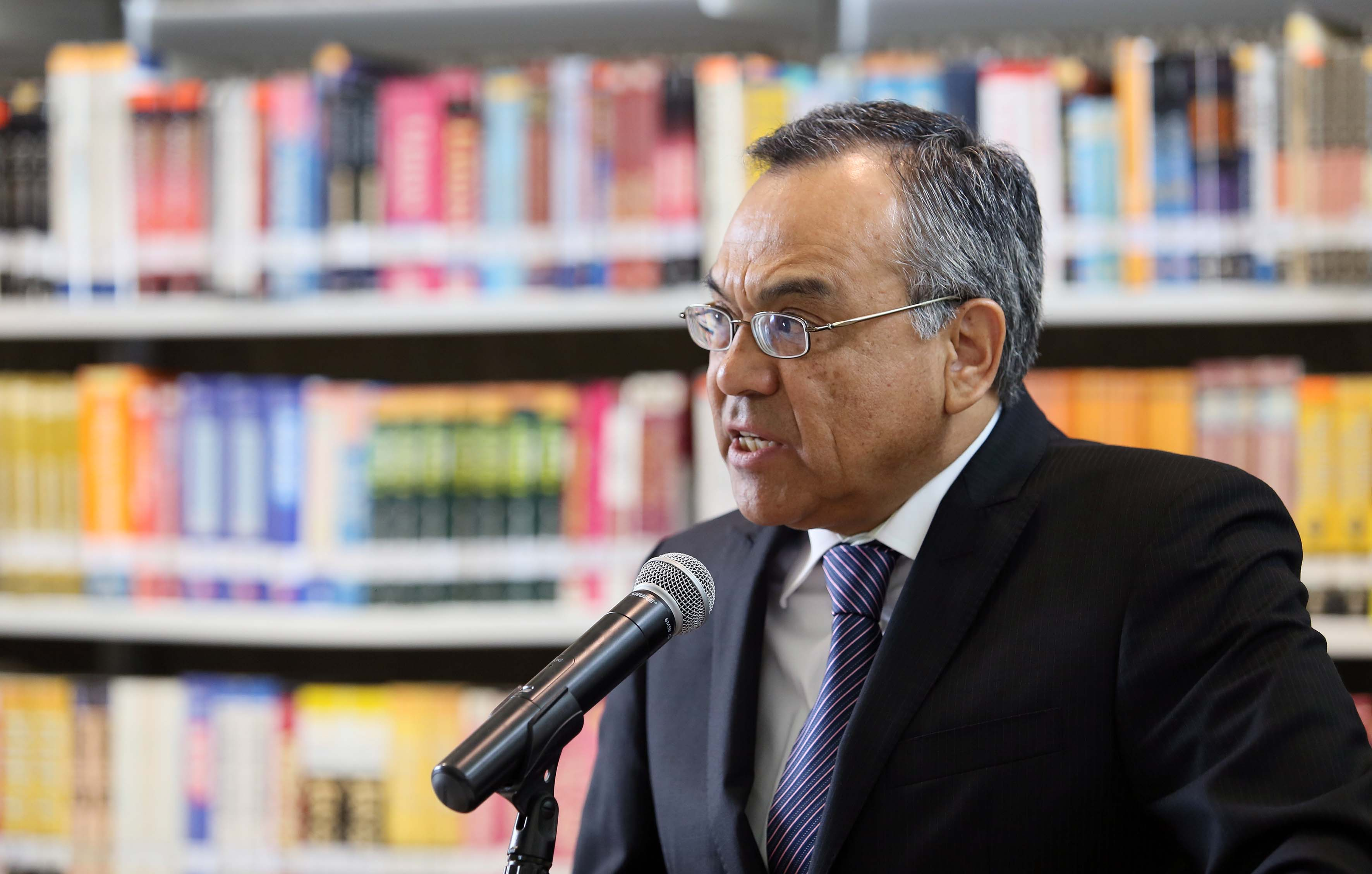 Dr. Adrián de León Arias, director de la División de Gestión Empresarial haciendo uso de la palabra