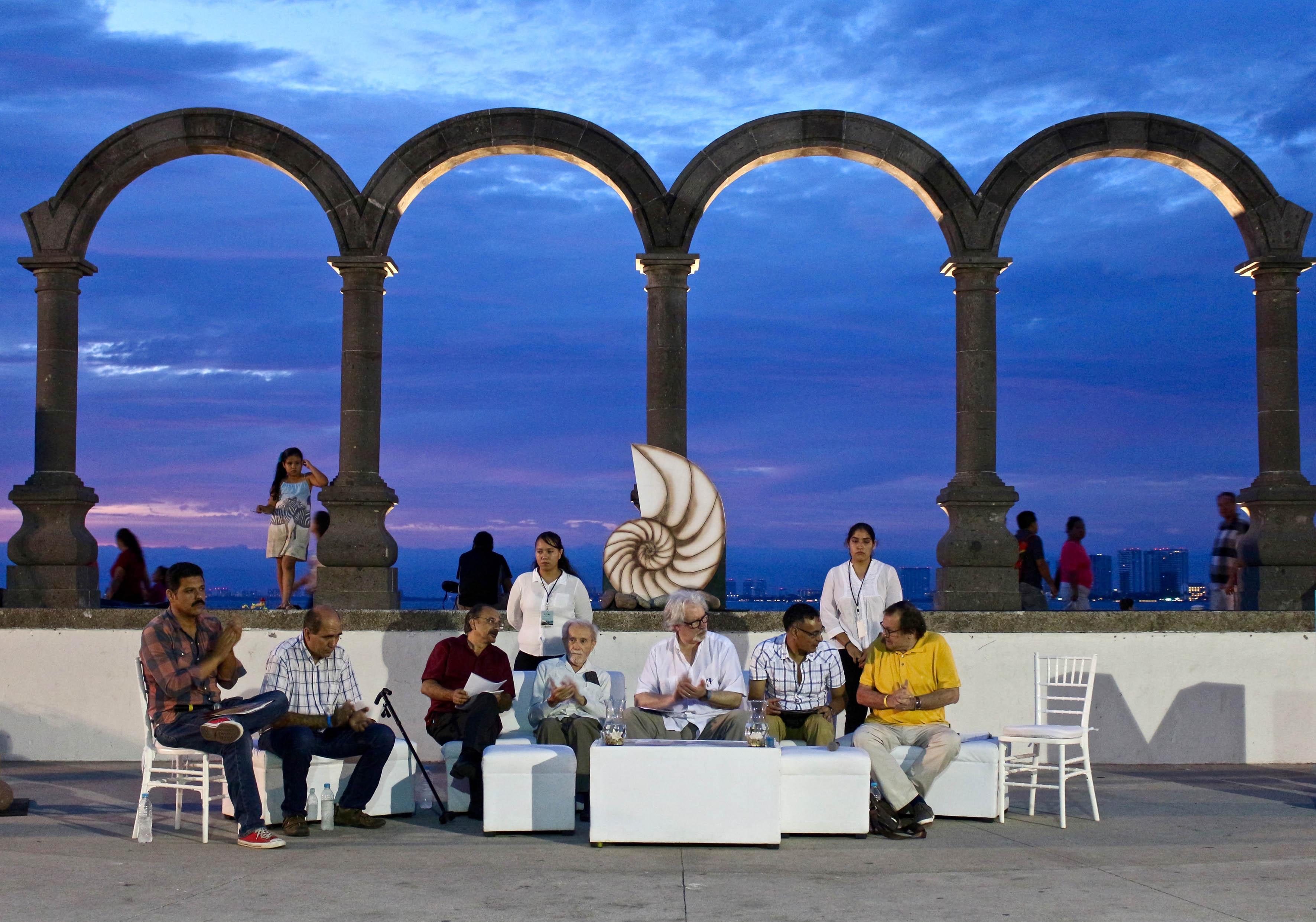 Homenaje al poeta yucateco Raúl Renán y distinguido con el galardón El Caracol de Plata en el anfiteatro Aquiles Serdán, mejor conocido como Los Arcos del malecón de Puerto Vallarta.