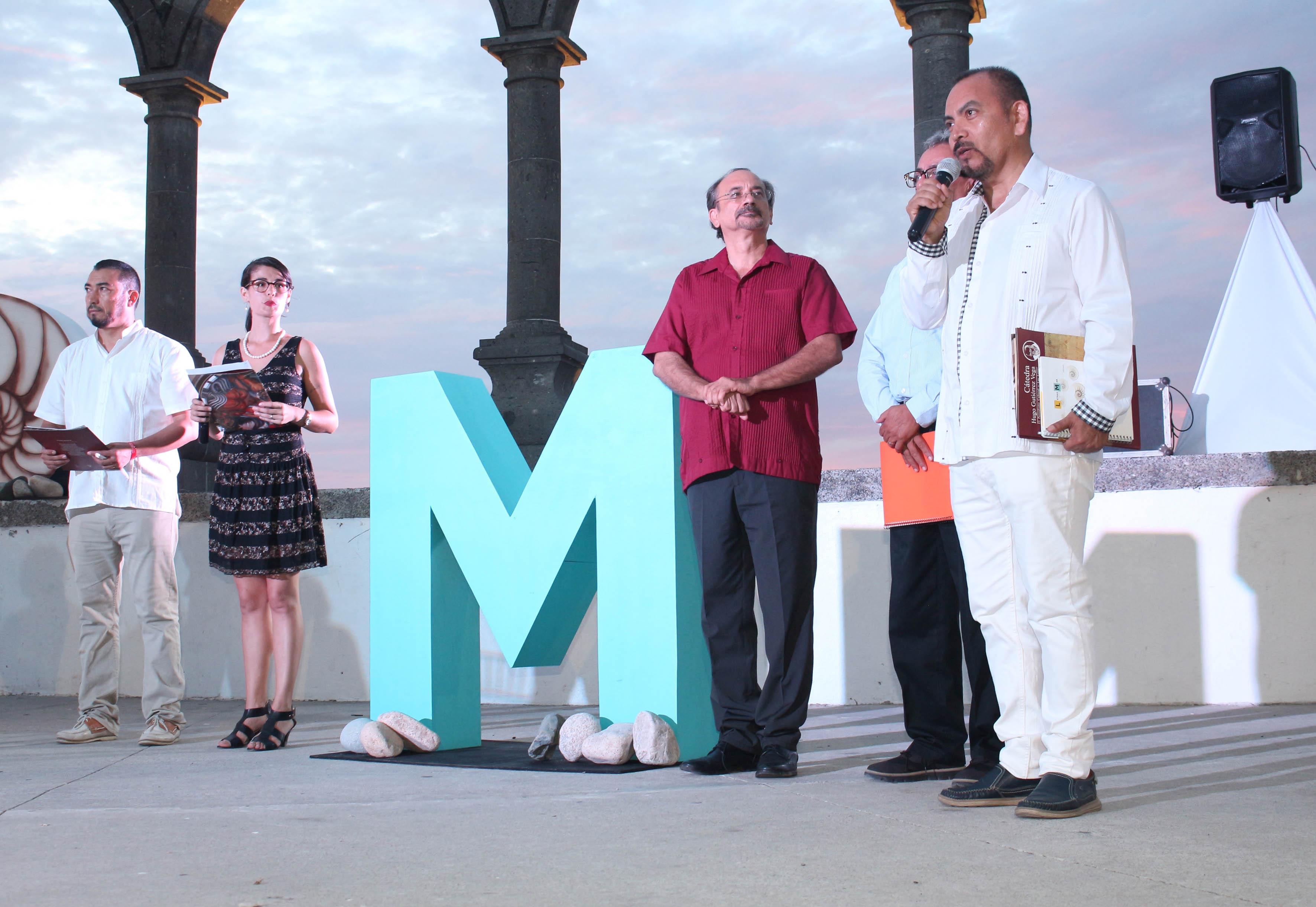 Participante haciendo uso de la palabra en el homenaje al poeta yucateco Raúl Renán