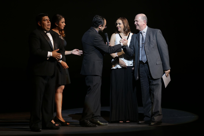 El Vicerrector Ejecutivo de la Universidad de Guadalajara (UdeG), el doctor Miguel Ángel Navarro Navarro, recibió el Reconocimiento para la Universidad de Guadalaja