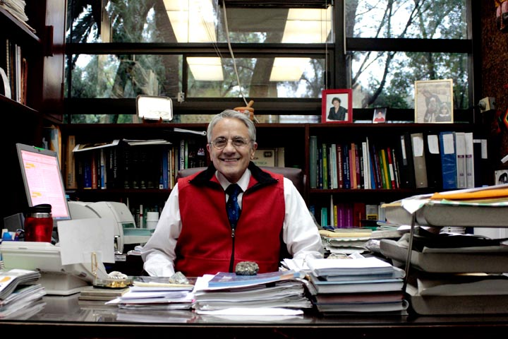Eusebio Juaristi, Químico mexicano, sentado en el despacho de su oficina