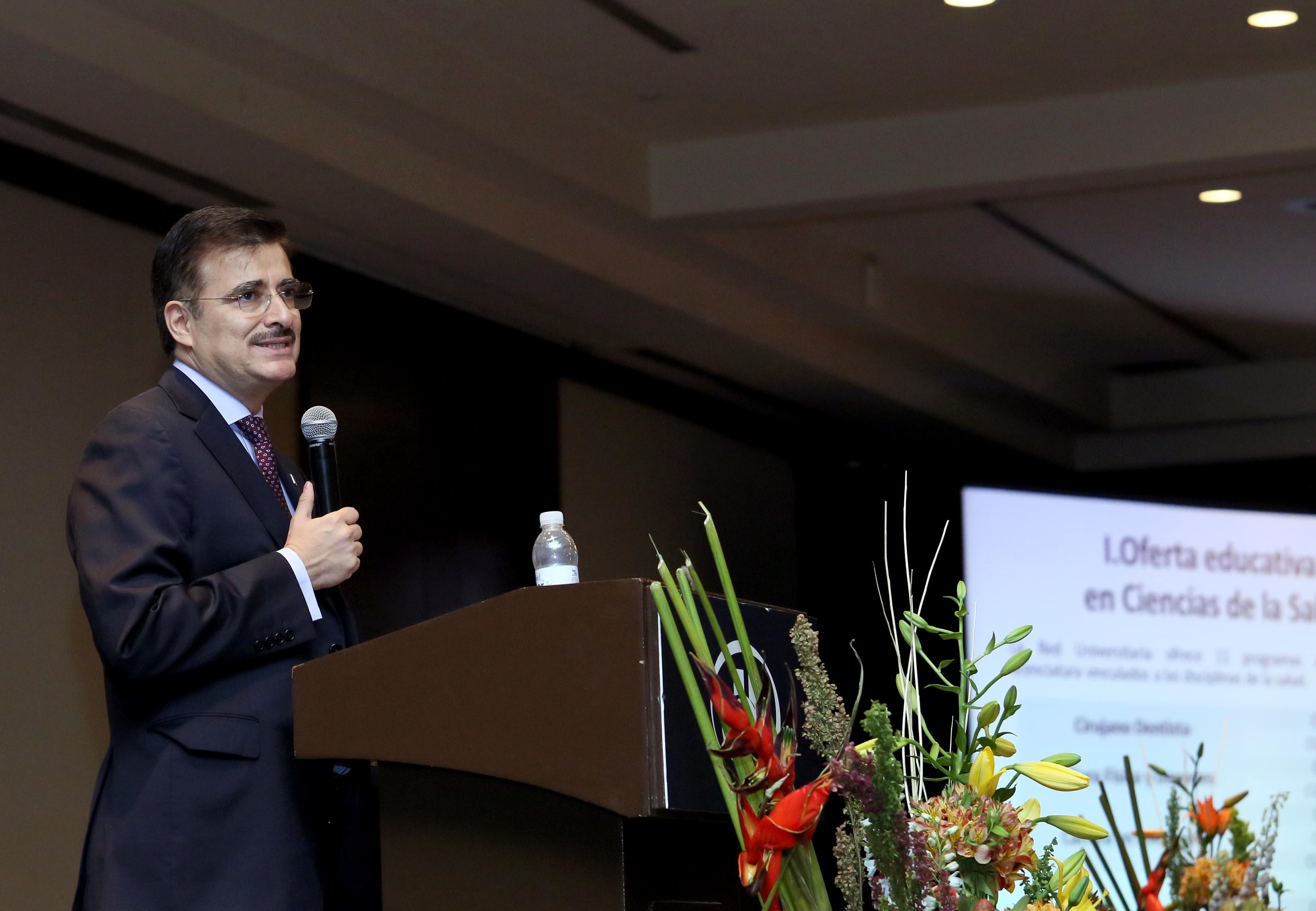 Rector general de la universidad de Guadalajara haciendo uso de la palabra